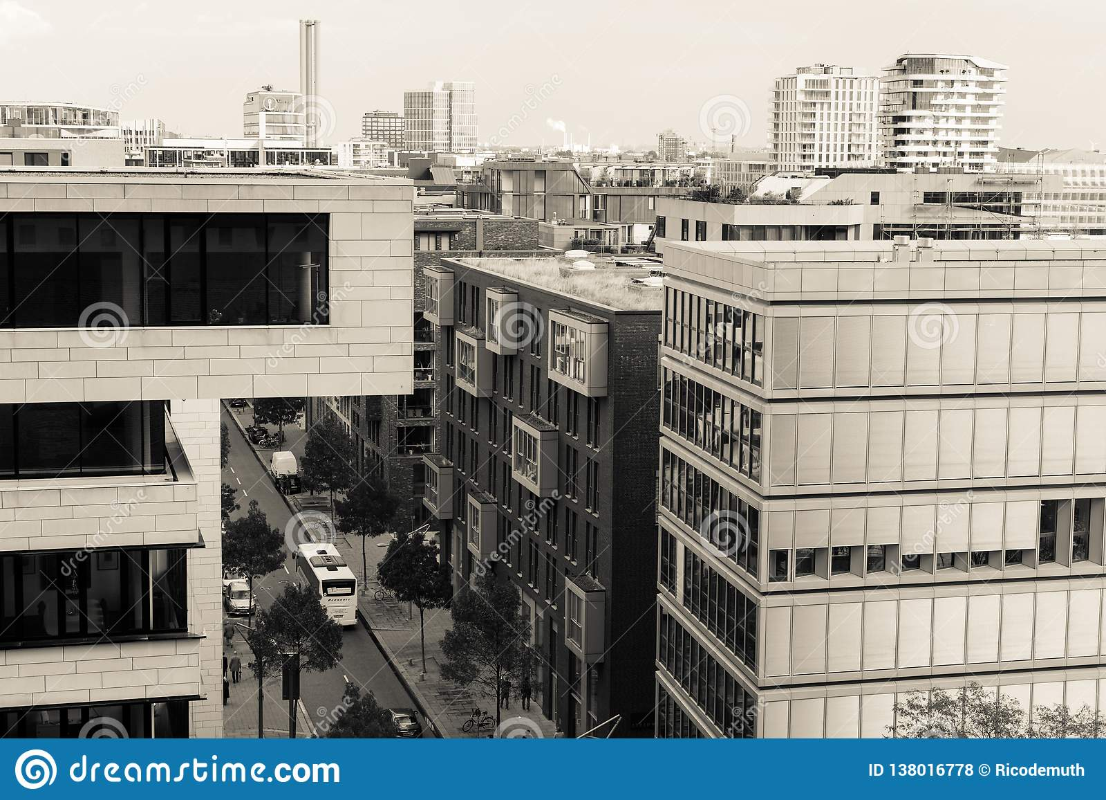 办公楼在汉堡有街道的看法