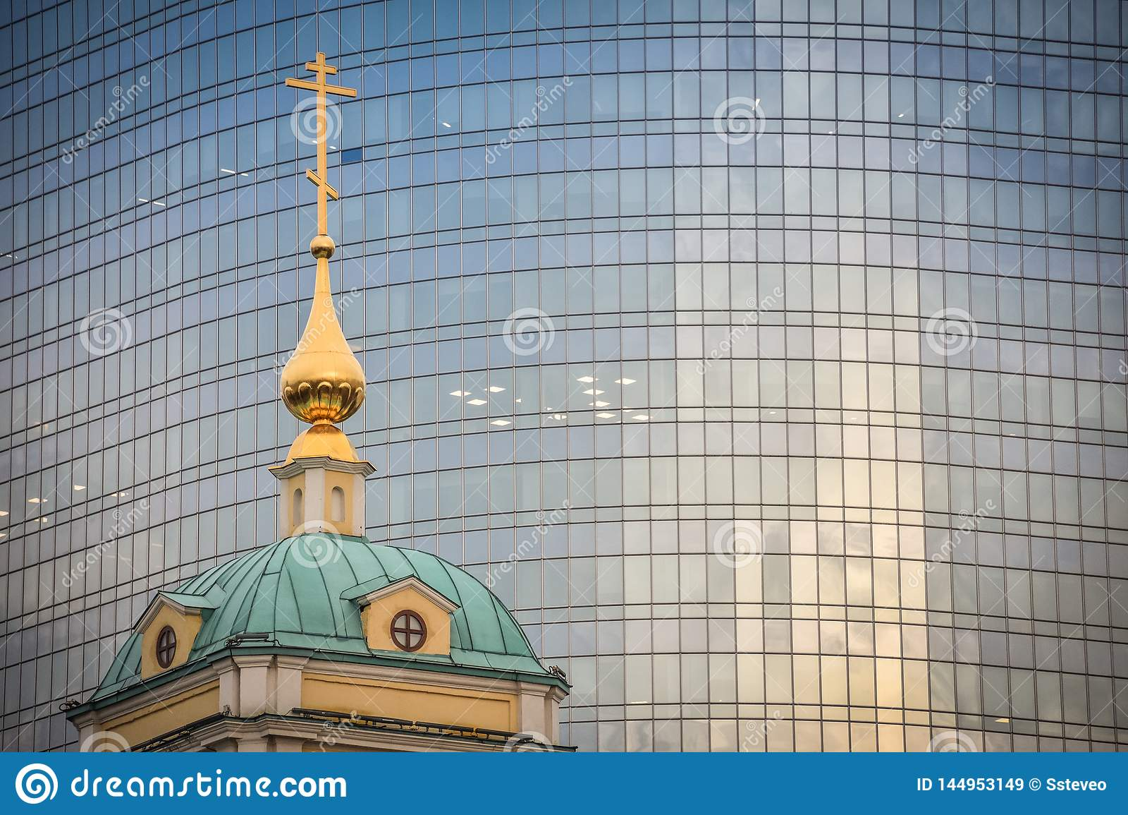 办公楼的背景的天主教显圣容堂