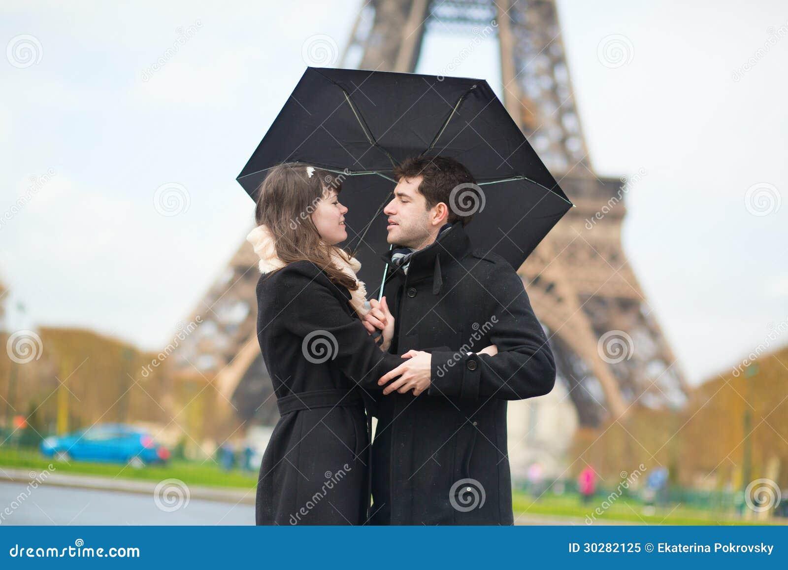 加上在埃佛尔铁塔附近的伞