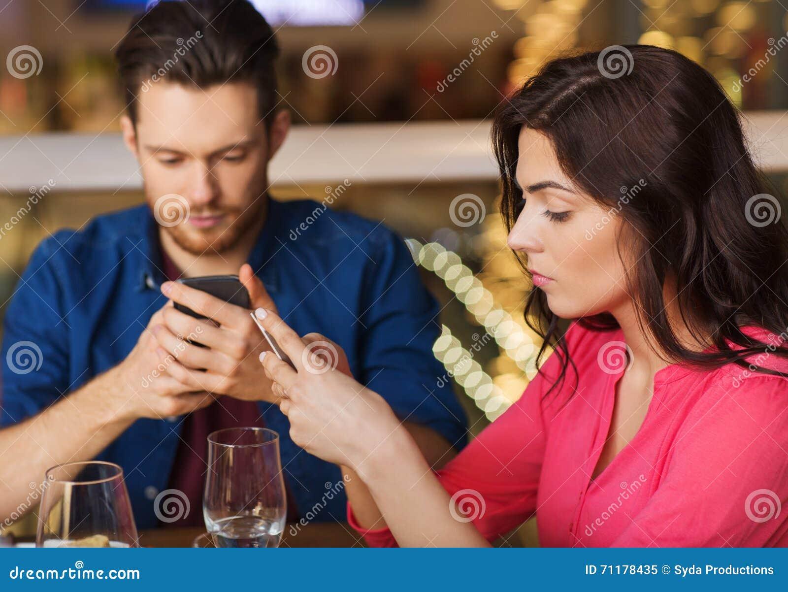 加上用餐在餐馆的智能手机