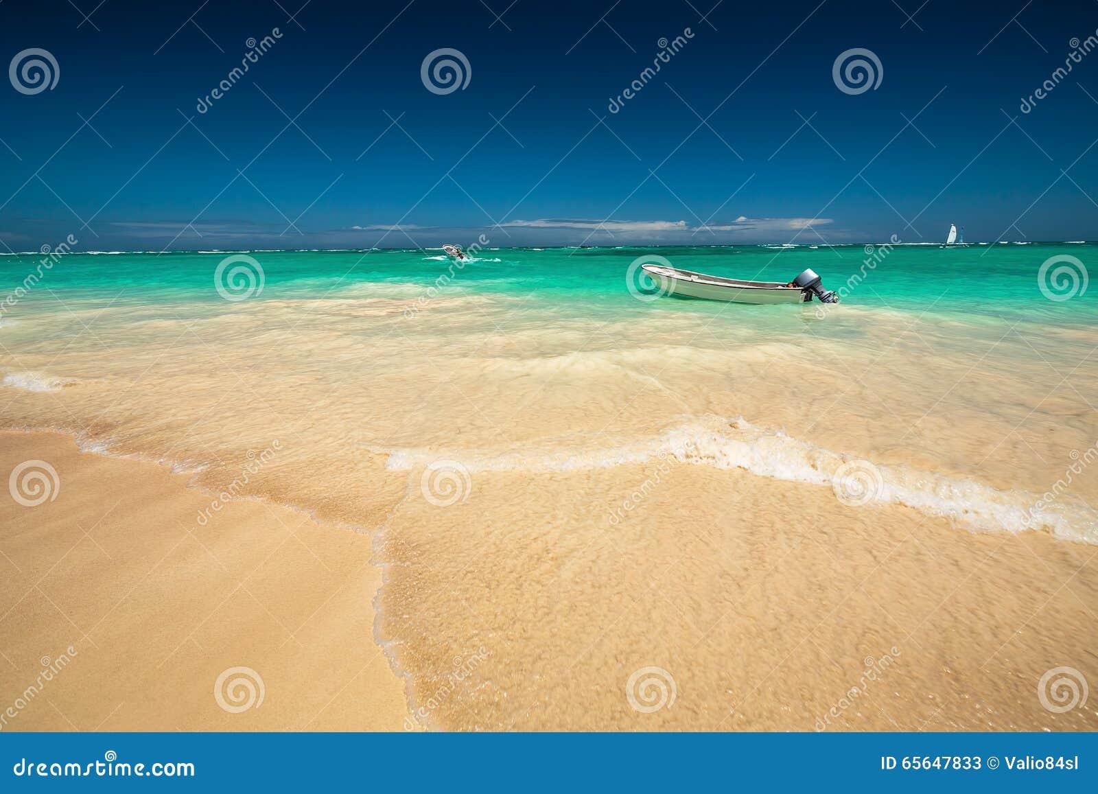 加勒比海和小船在岸,美好的全景