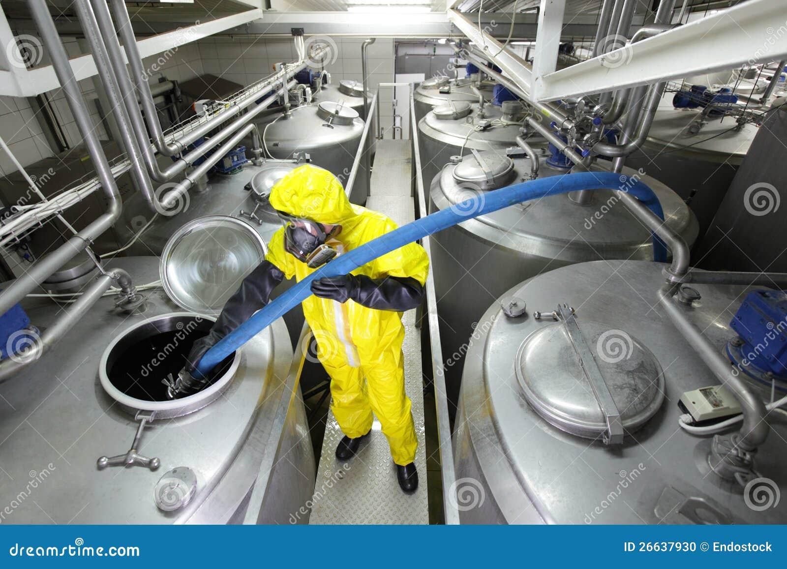 加大银色油的技术人员在工厂