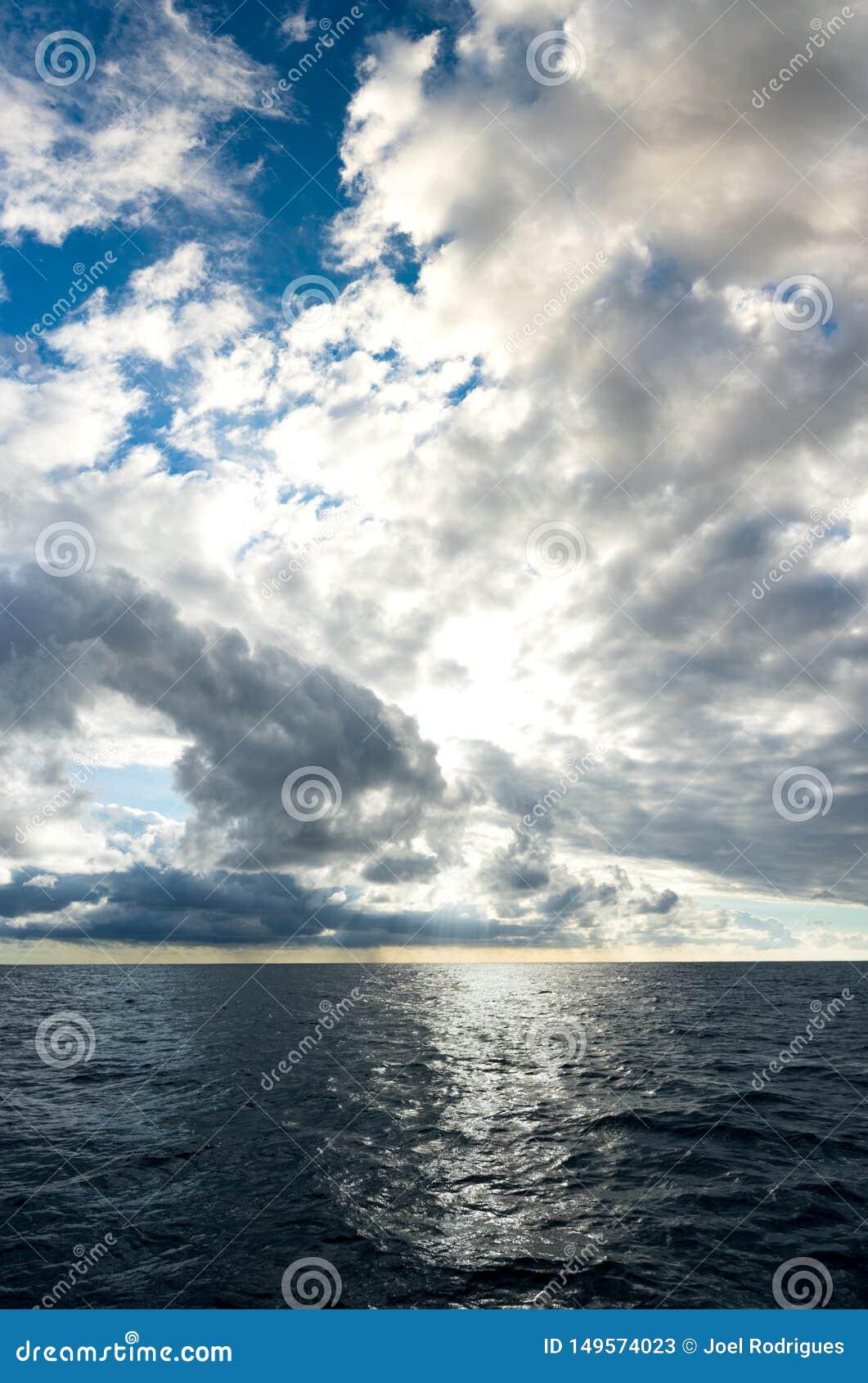加强在深蓝海洋的暴风云