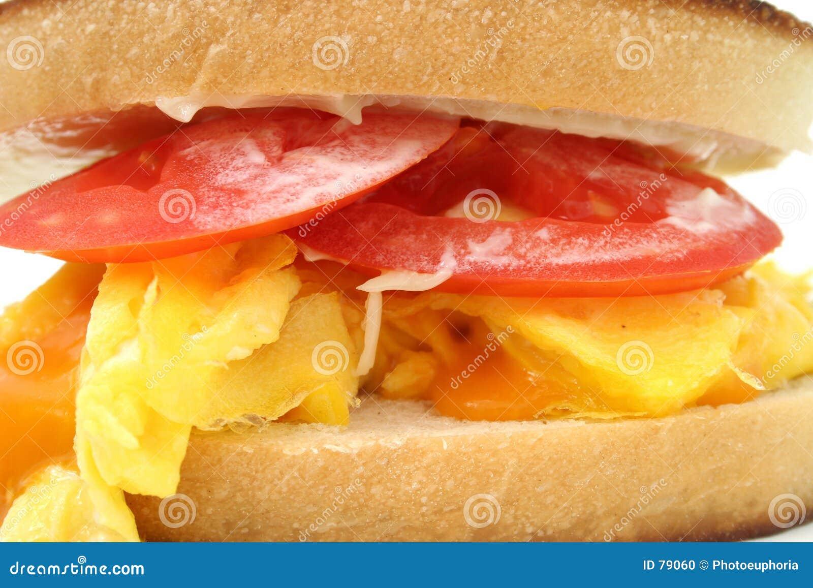 加扰的干酪接近的蛋三明治