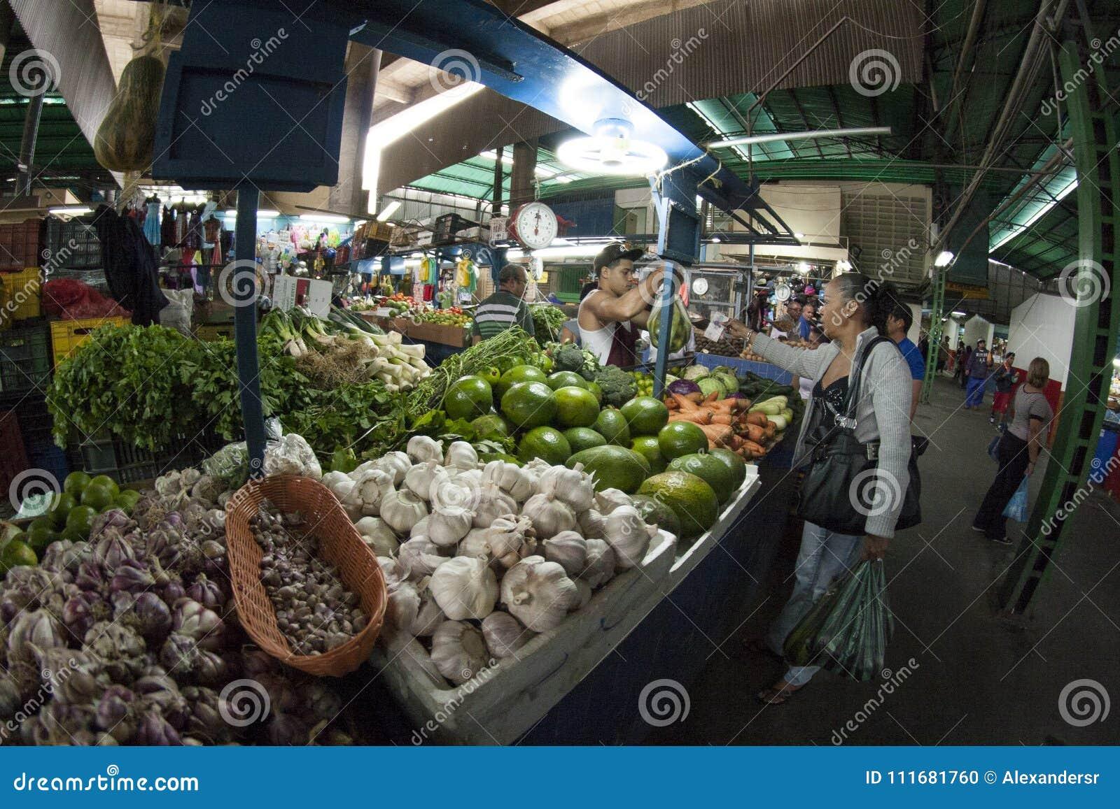 加拉加斯, Dtto资本/委内瑞拉- 02-04-2012 :买在一个著名普遍的市场上的人们在圣MartÃn大道