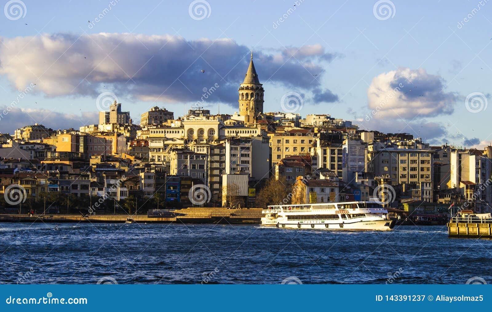 加拉塔石塔、伊斯坦布尔土耳其2019年3月,天空蔚蓝和云彩,都市风景,春天