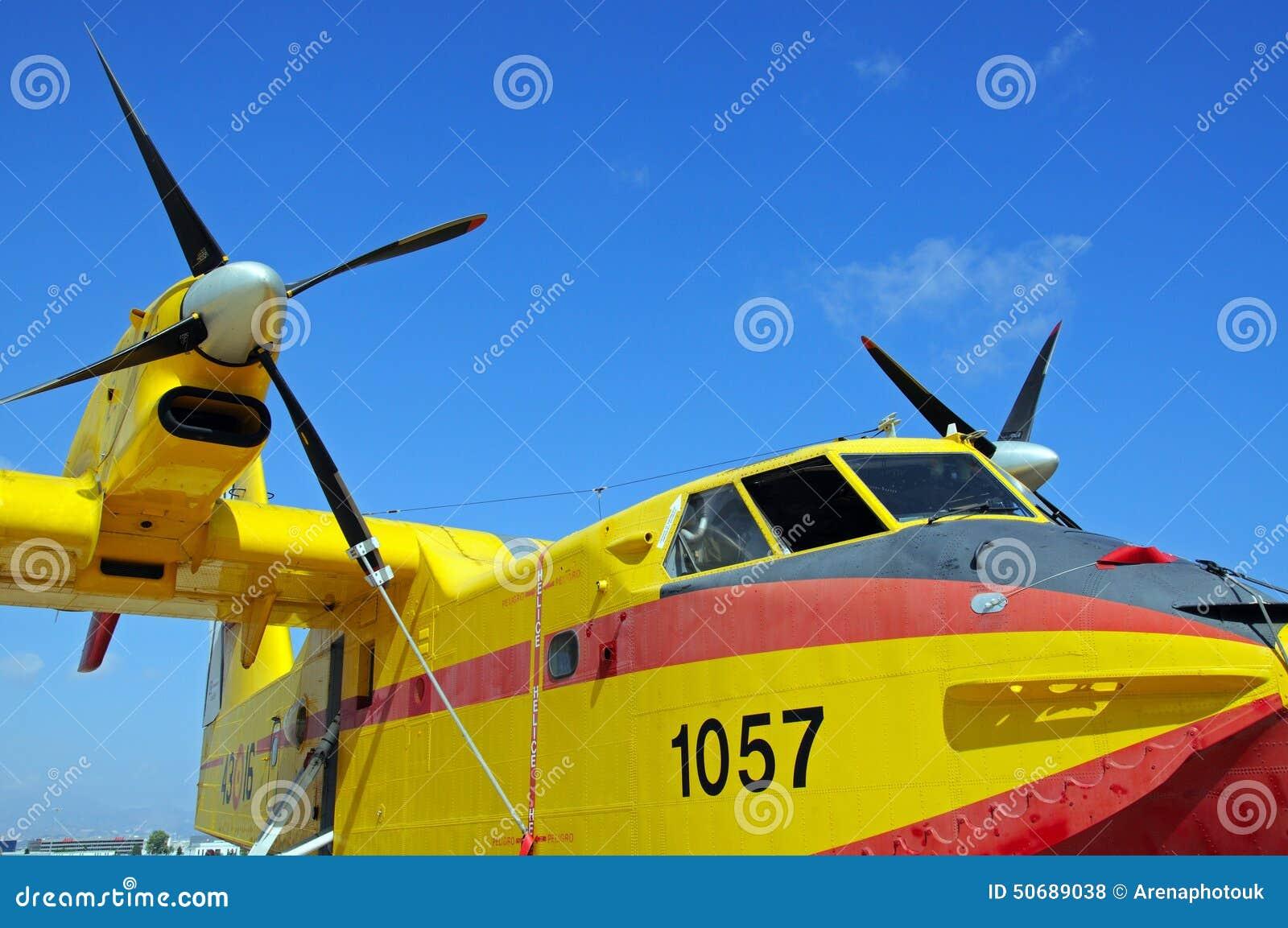 Download 加拿大人的CL415火轰炸机 编辑类库存照片. 图片 包括有 蓝色, 欧洲, 白杨, 运输, 西班牙语, 通信工具 - 50689038