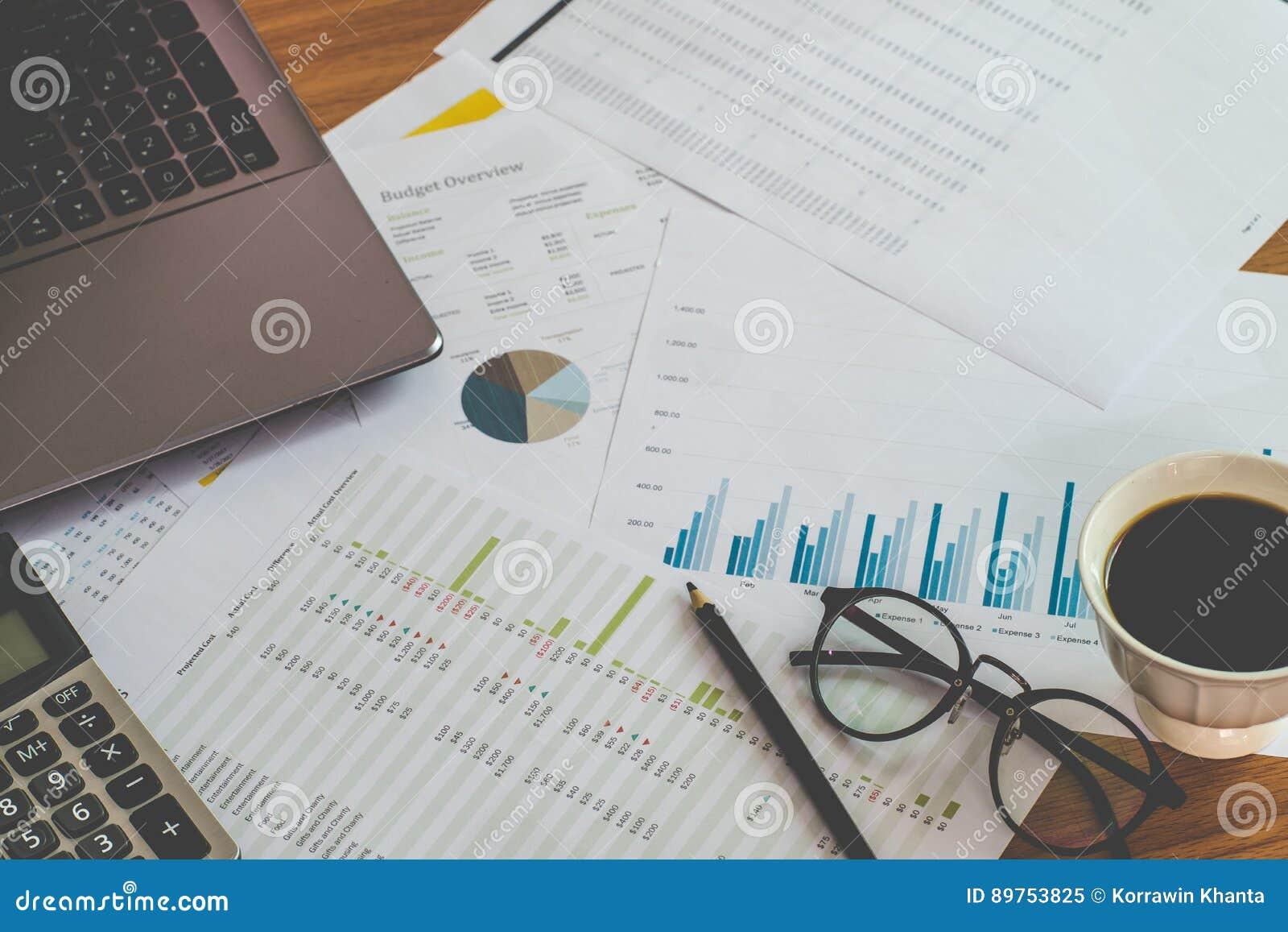 财务管理概念、计算器和私人预算的许多文件与一台膝上型计算机的在桌上