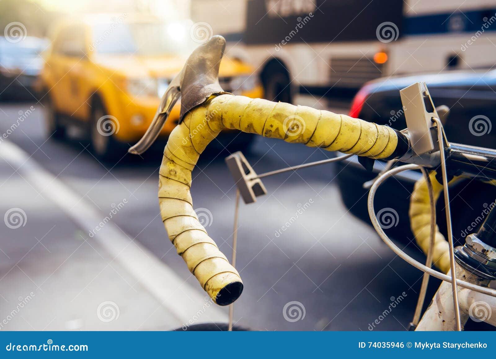 移动乘自行车在城市 自行车是选择,生态和快速的城市运输 反对城市公共汽车出租汽车的自行车车轮