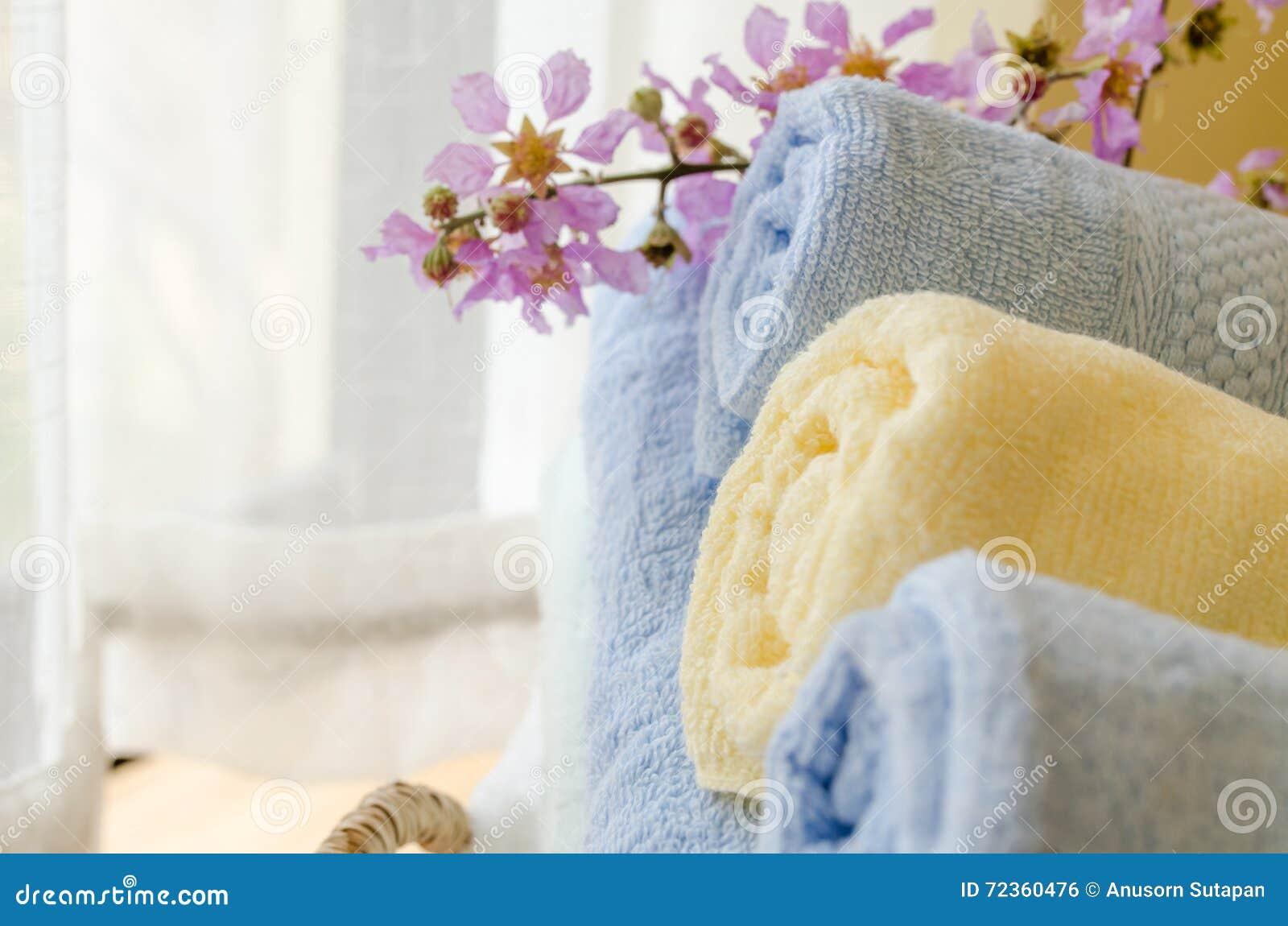 滚动的毛巾选择聚焦在家