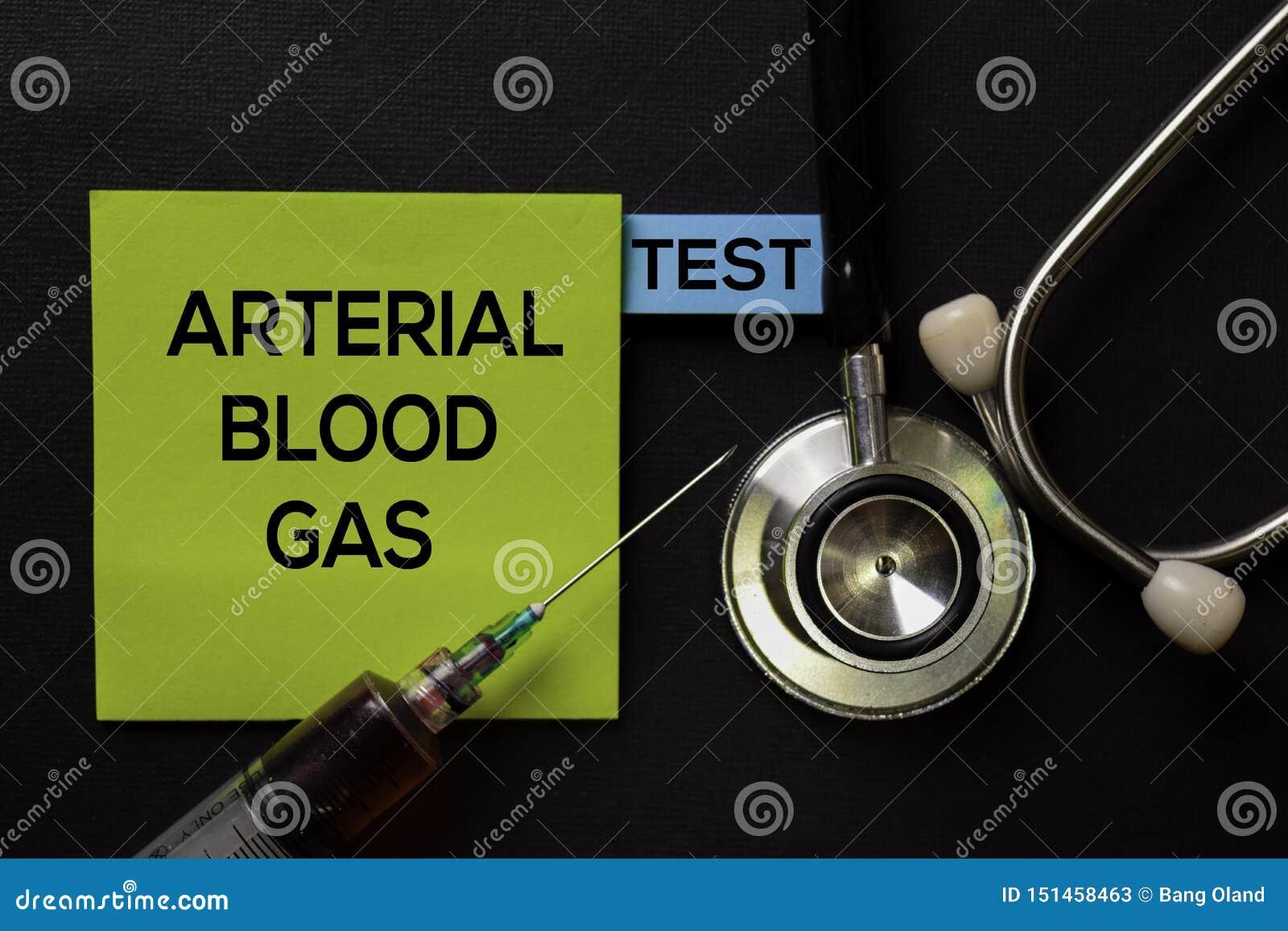 动脉血气体-在顶视图黑色桌上的测试与血样和医疗保健/医疗概念