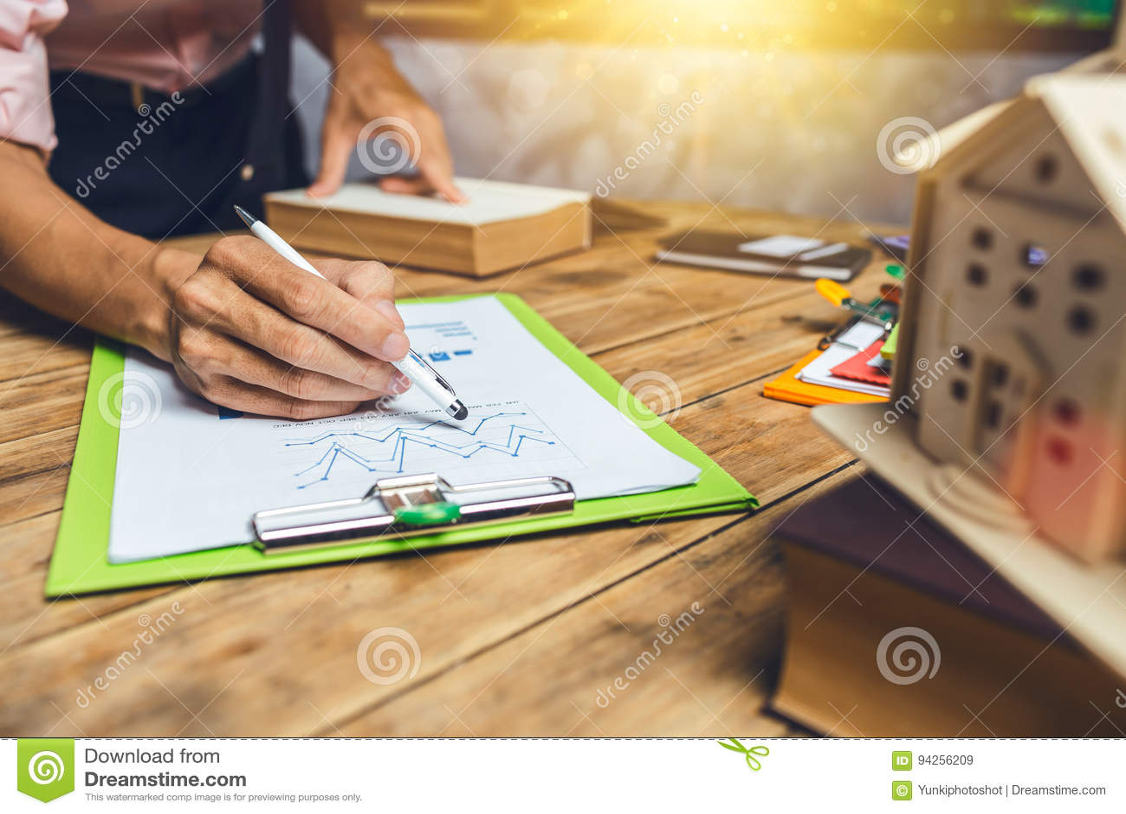 努力工作对保险房子现金lo的房地产开发商经纪