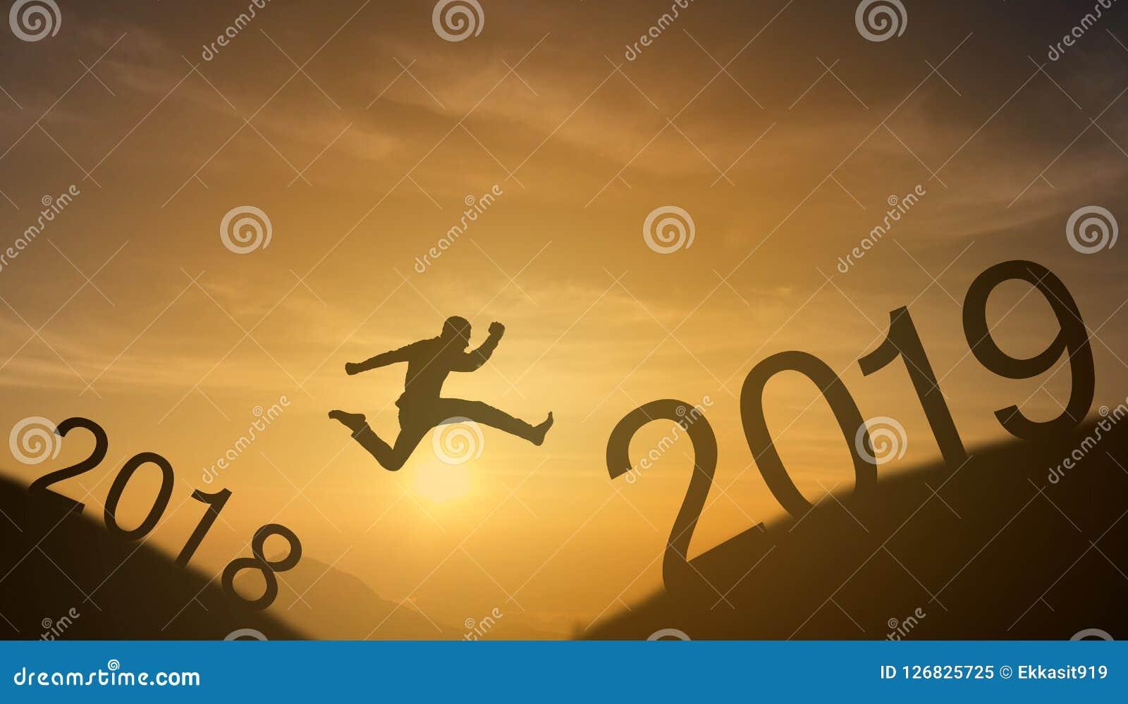 勇敢的人成功的概念,跳过太阳的剪影人在山的空白之间从2018年到2019个新年,它感受