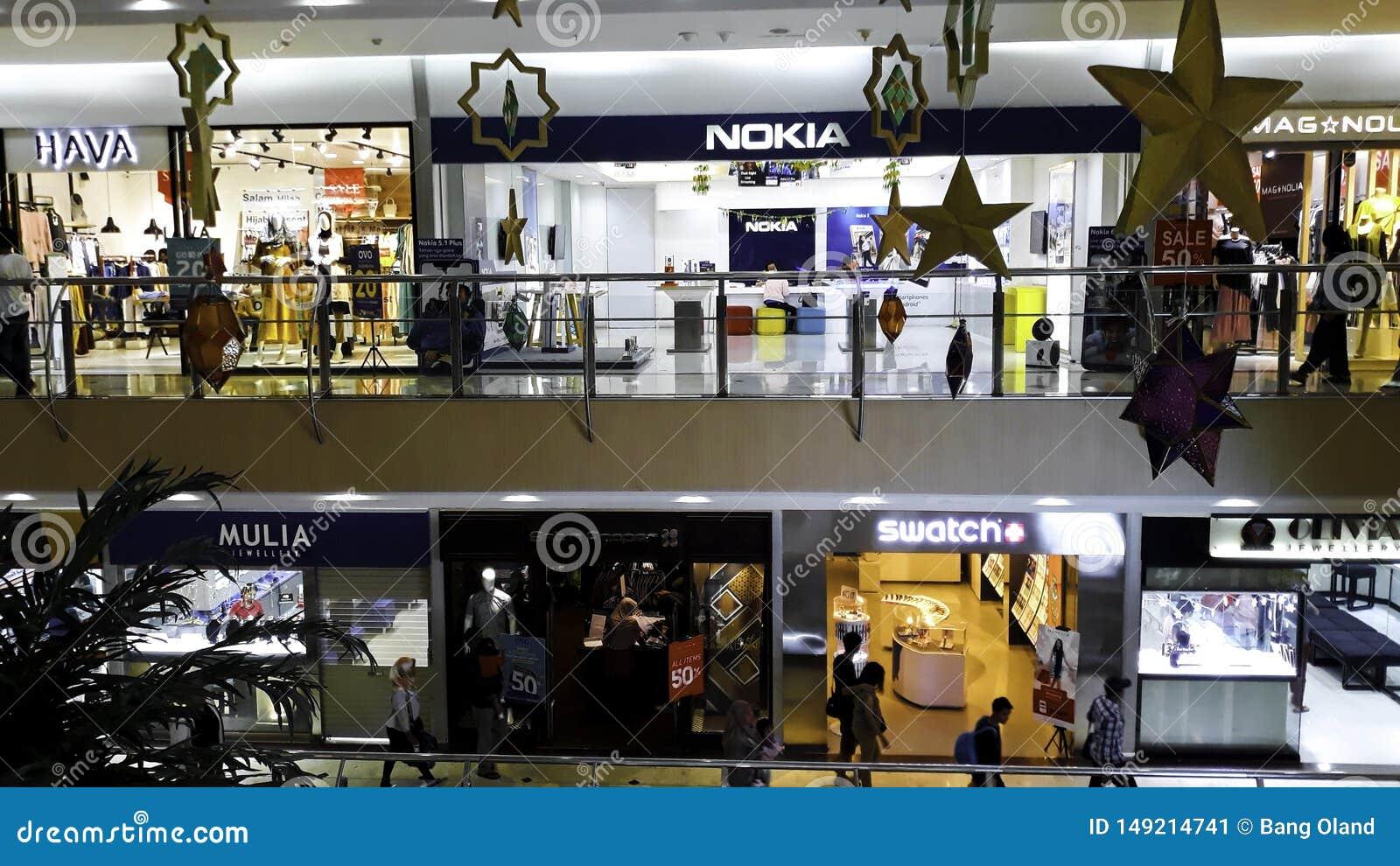 勿加泗,印度尼西亚,2019年5月31日:Unrecognied人/步行步行/繁忙的路在购物中心 在一条繁忙的路的人群 人们是