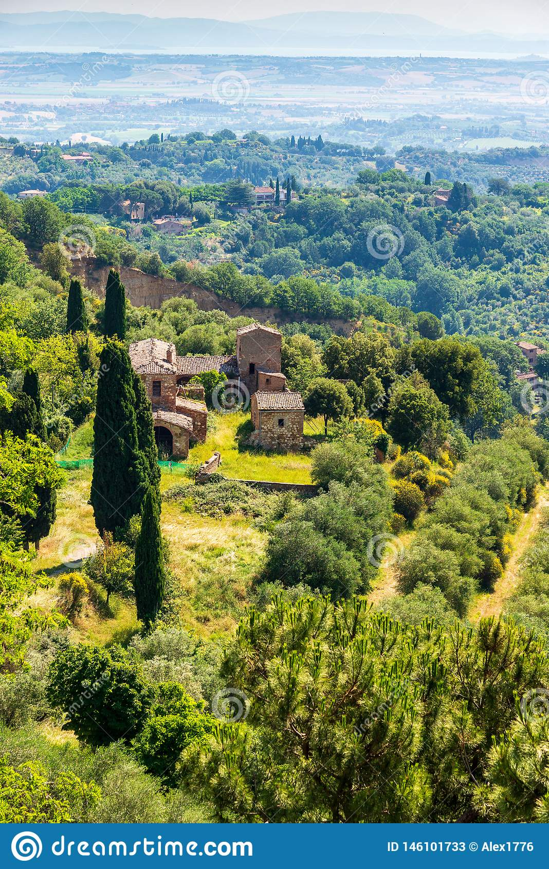 包围蒙特普齐亚诺的中世纪镇乡下的看法在托斯卡纳,意大利