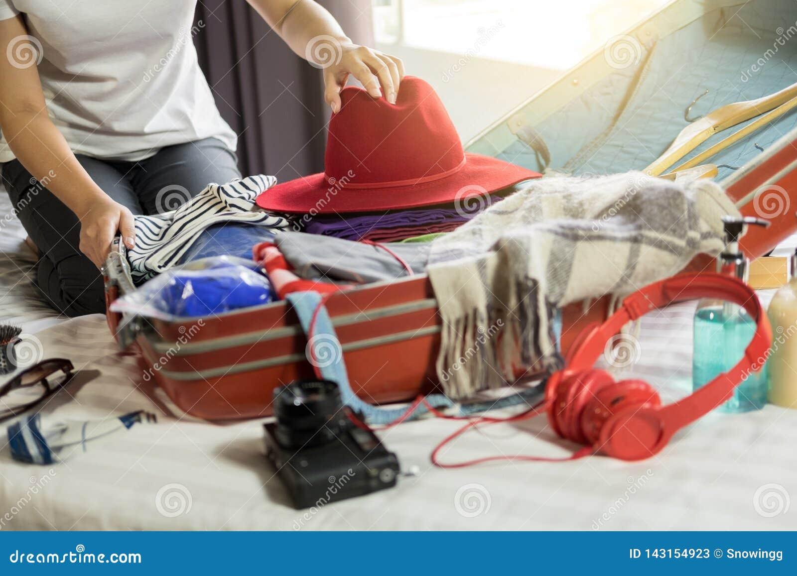 包装一次新的旅途和旅行的妇女手一件行李一个长的周末
