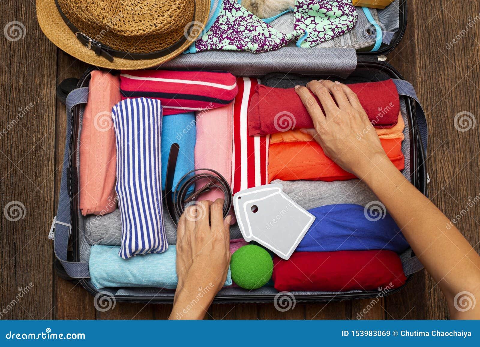 包装一次新的旅途和旅行的妇女手一件行李