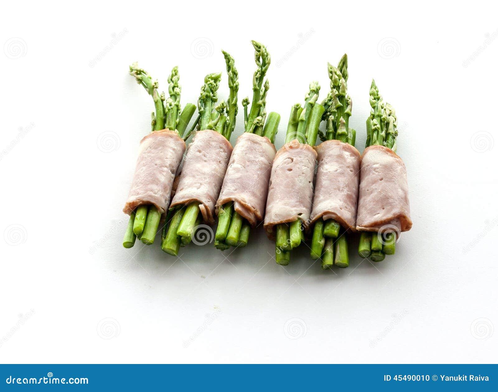 包裹在孤立的烟肉芦笋