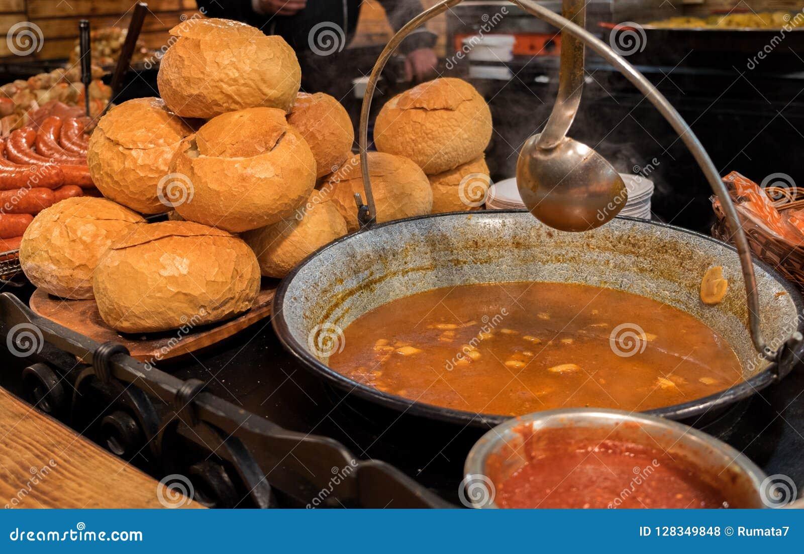 匈牙利墩牛肉-是肉和菜汤或炖煮的食物