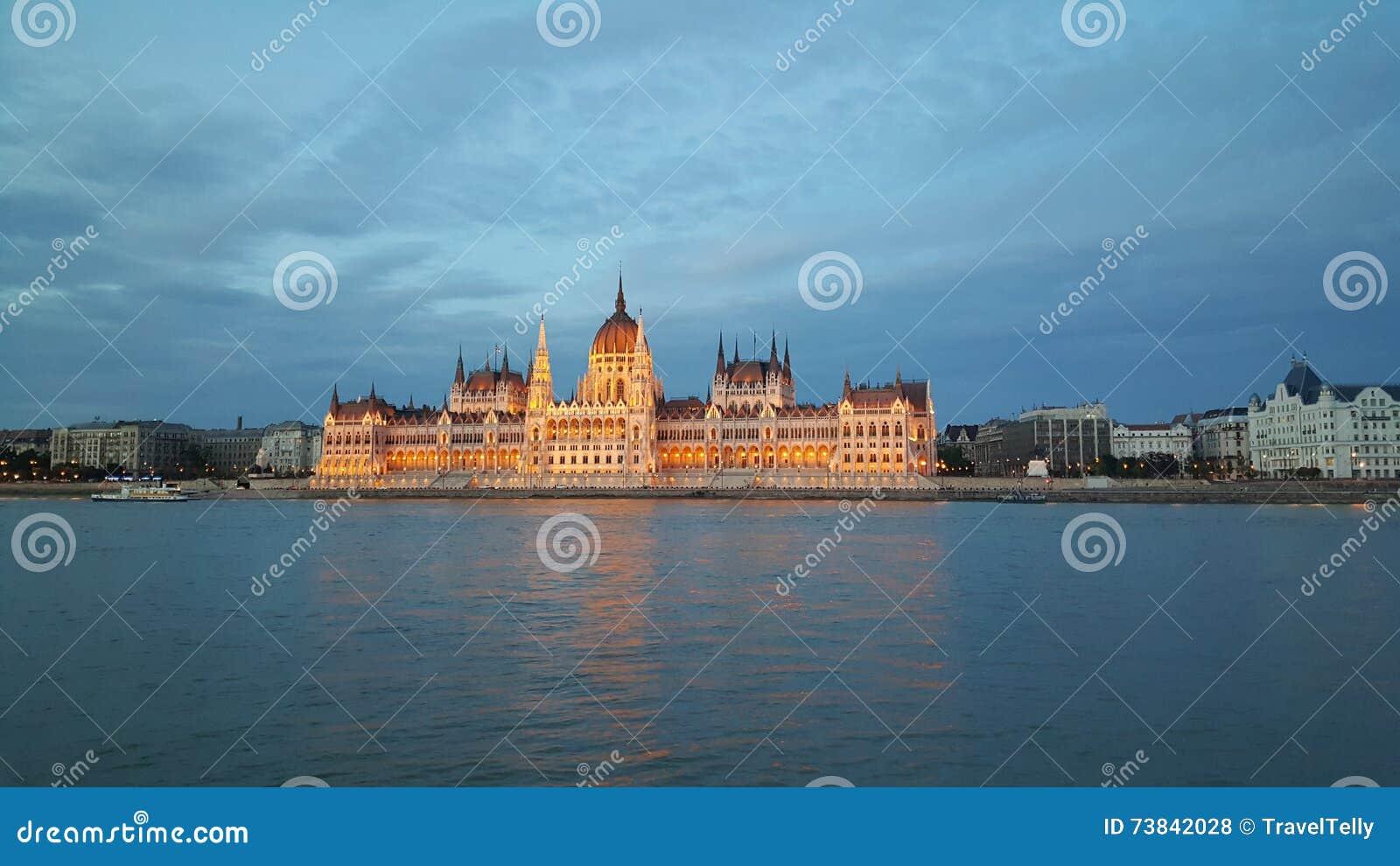 匈牙利议会大厦在晚上