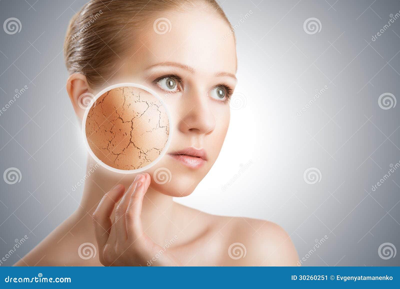 化妆护肤的概念。 少妇的面孔有干燥滑雪的