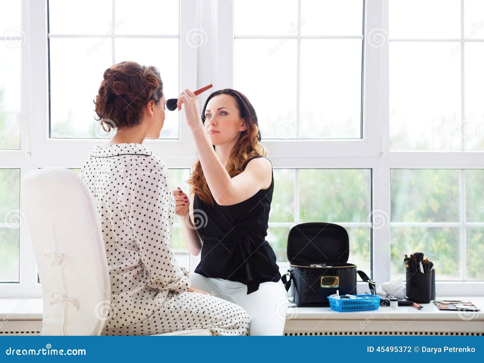 化妆师做补偿年轻美丽的新娘