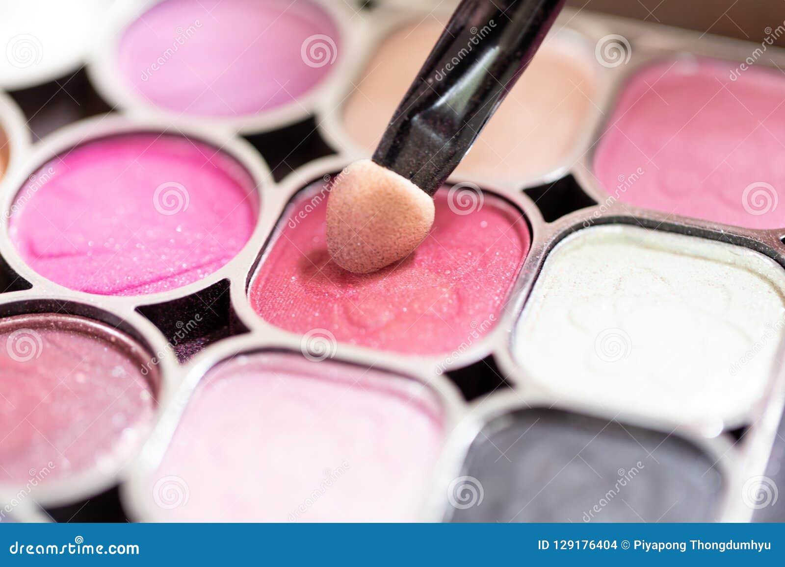 化妆师应用美丽妇女的面孔