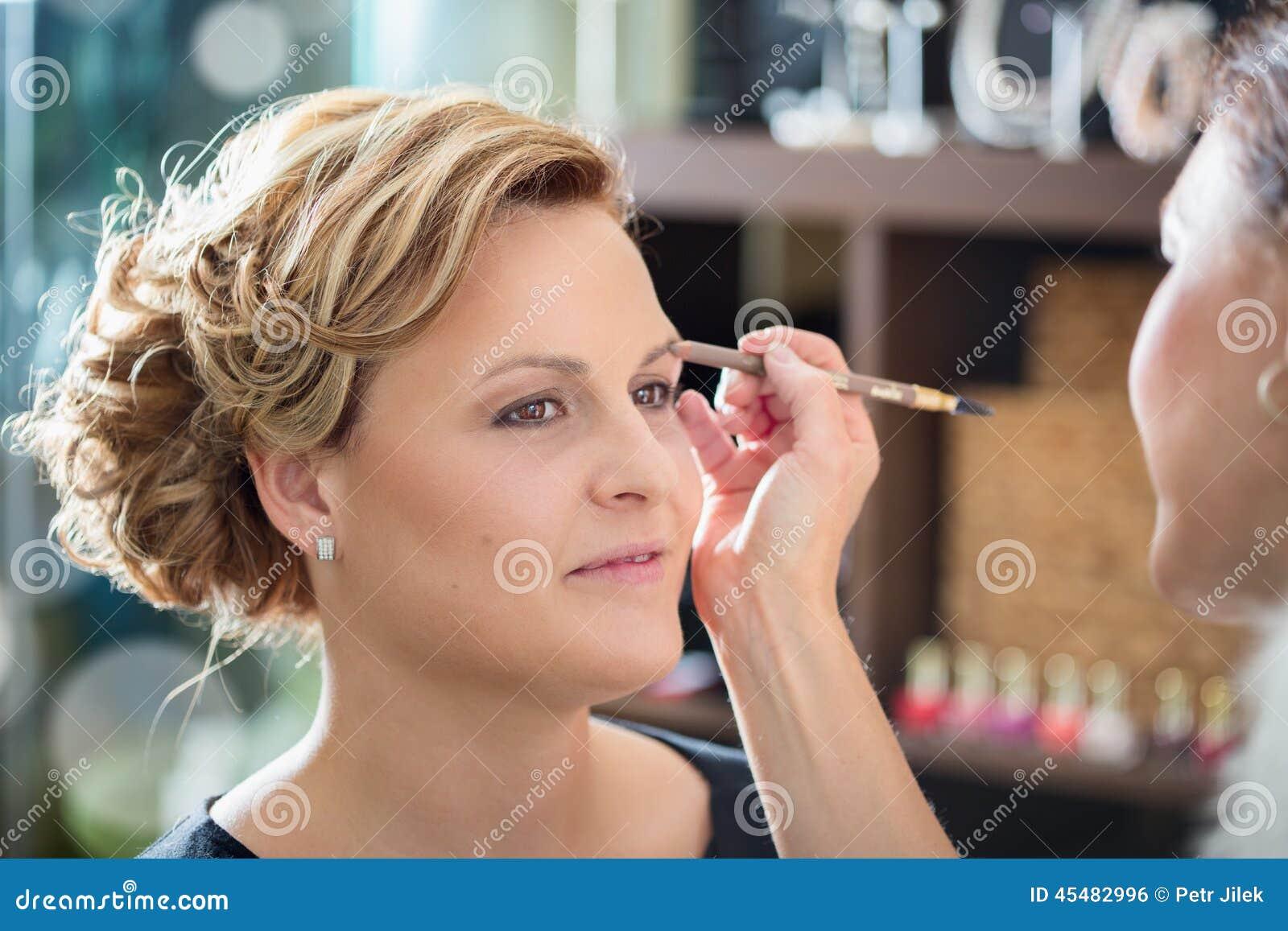 化妆用品的妇女