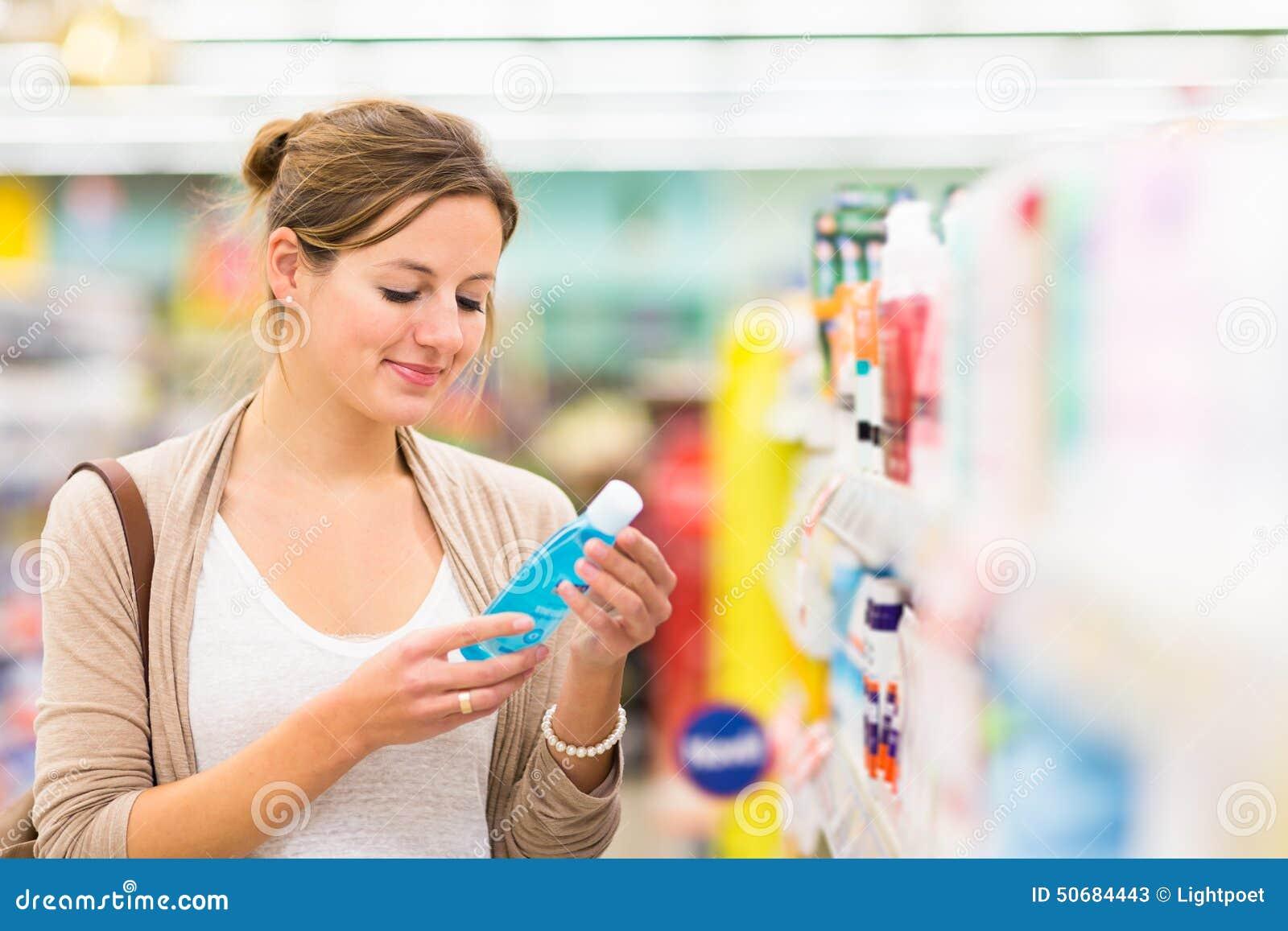 Download 化妆用品的美好的少妇购物在杂货店 库存图片. 图片 包括有 逗人喜爱, 新鲜, 副食品, 成人, 消费者 - 50684443
