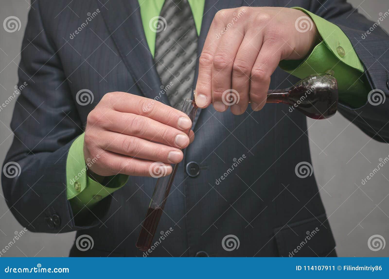 化工业 一个新的医疗产品的介绍 在烧瓶的液体