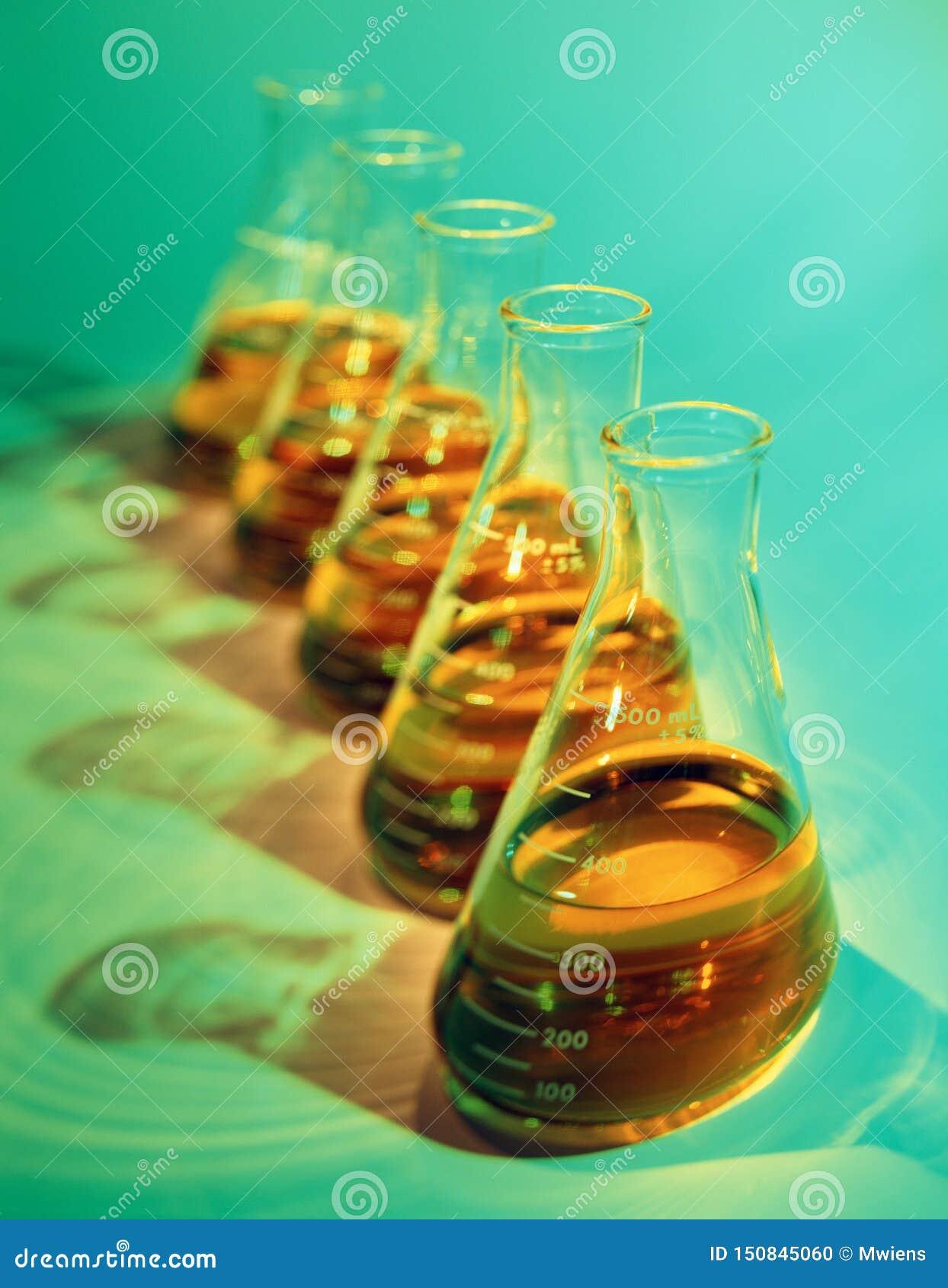 化工烧瓶的说明选择聚焦图象在绿色的
