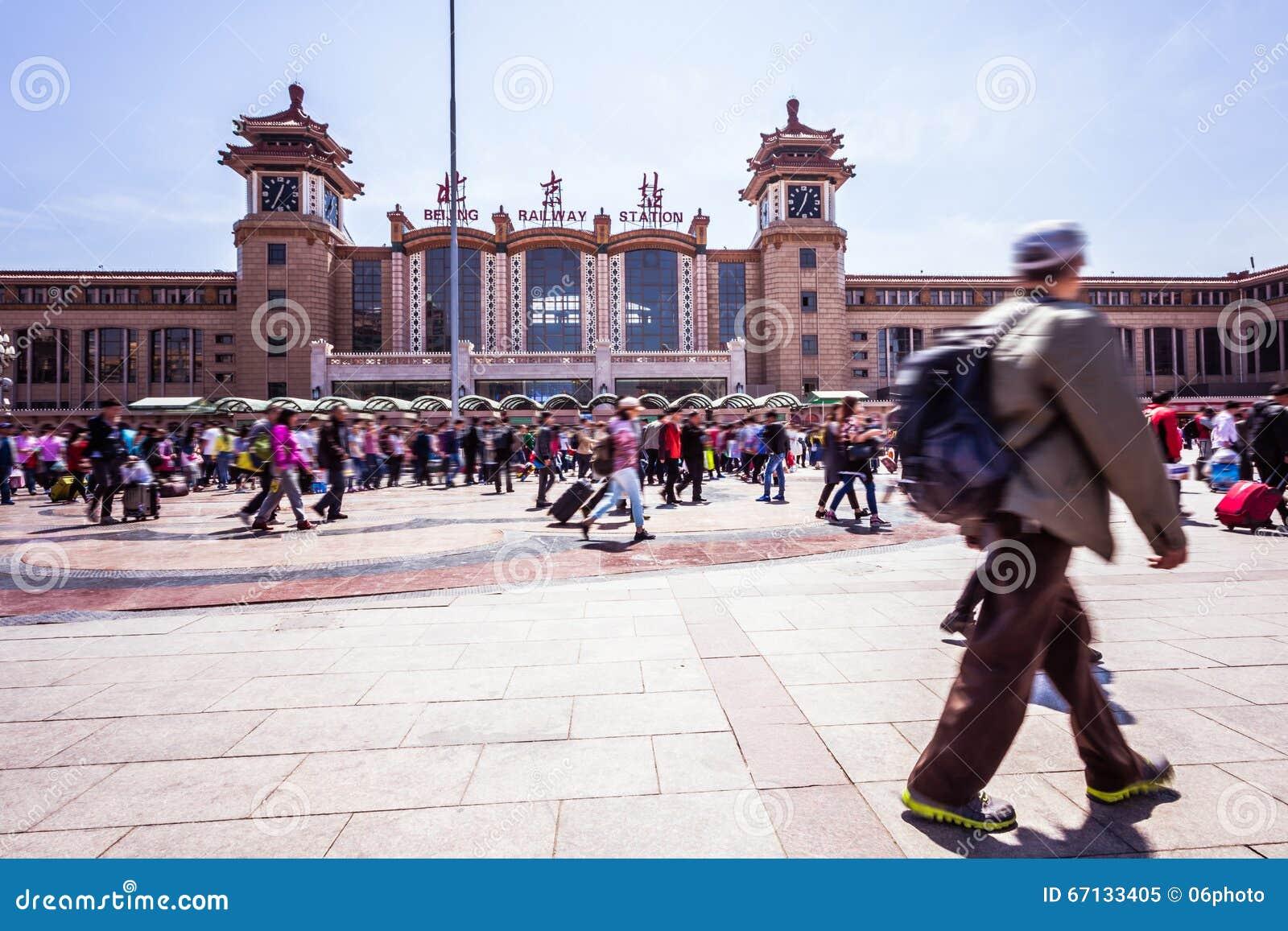 北京走在行动迷离的火车站人