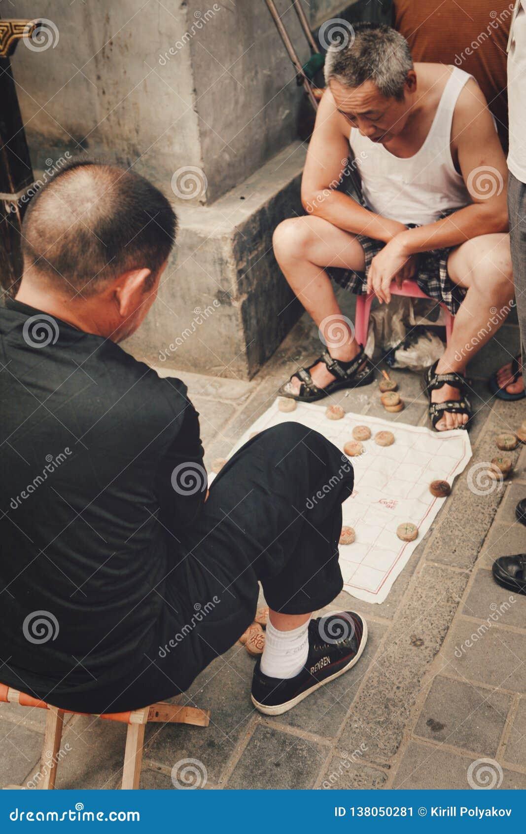 北京,中国12/06/2018两个中国领抚恤金者热心地打在街道上的传统中国下棋比赛