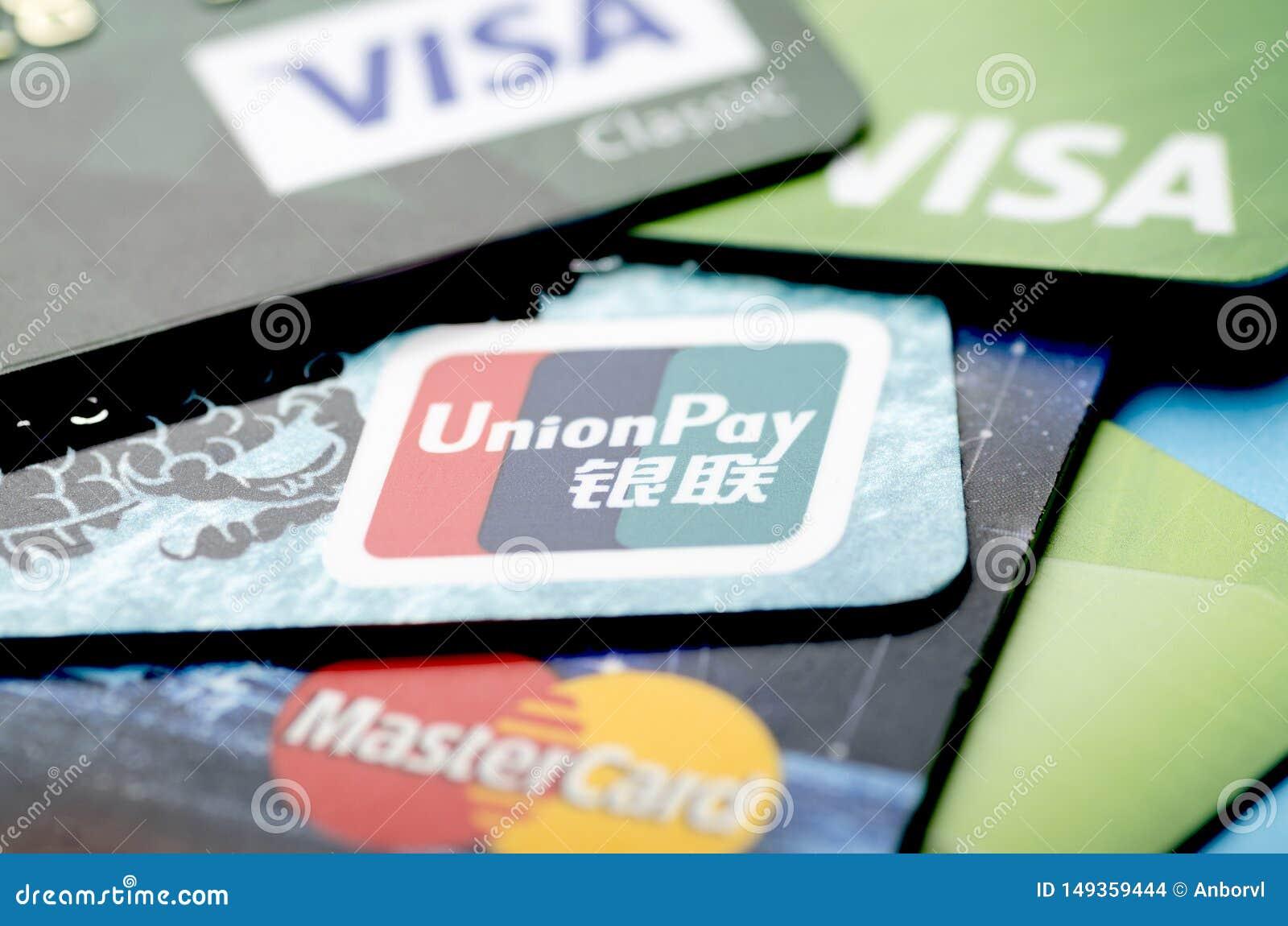 北京,中国- 2019年4月6日:联合薪水、签证和万事达卡付款系统卡片特写镜头