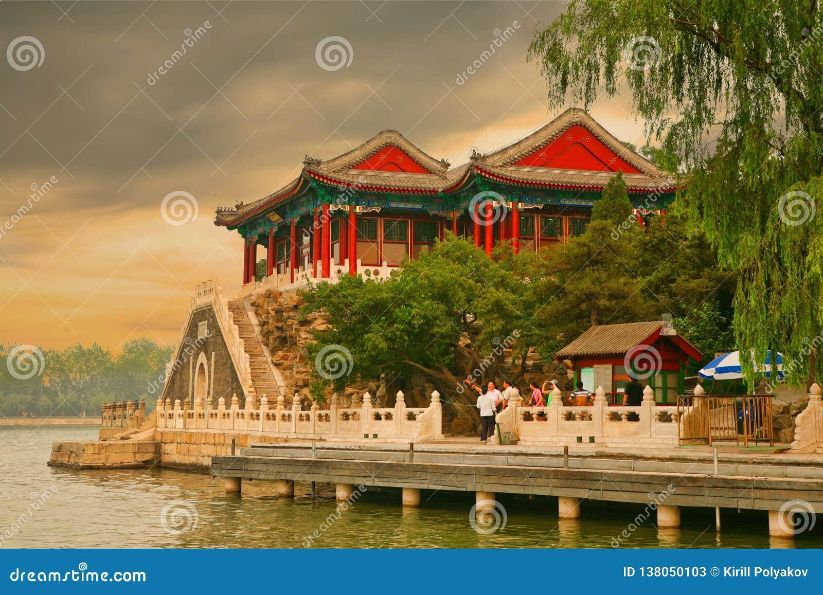 北京,中国07 06 观看在昆明湖江边的2018个游人日落在颐和园