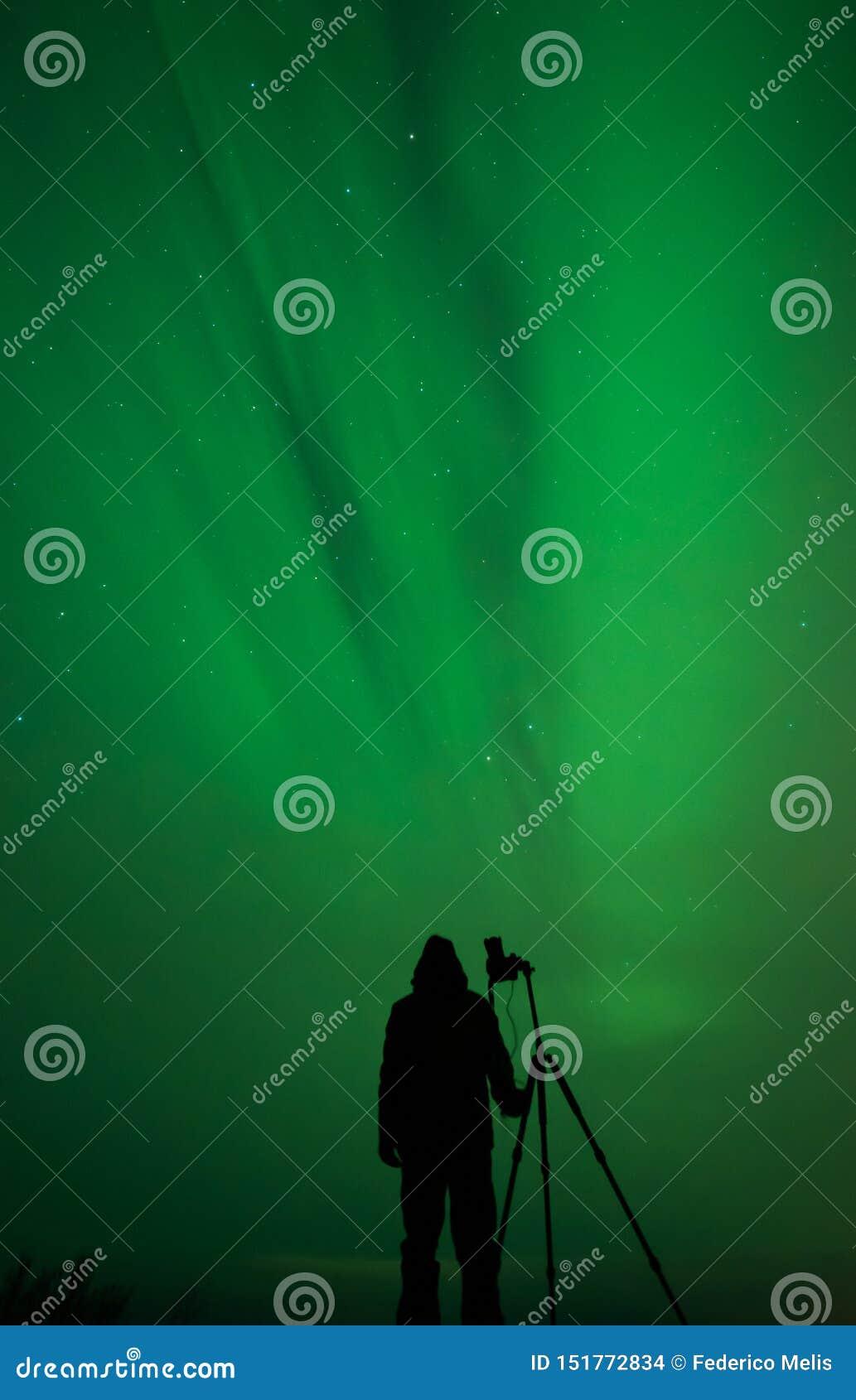 北极光摄影师剪影