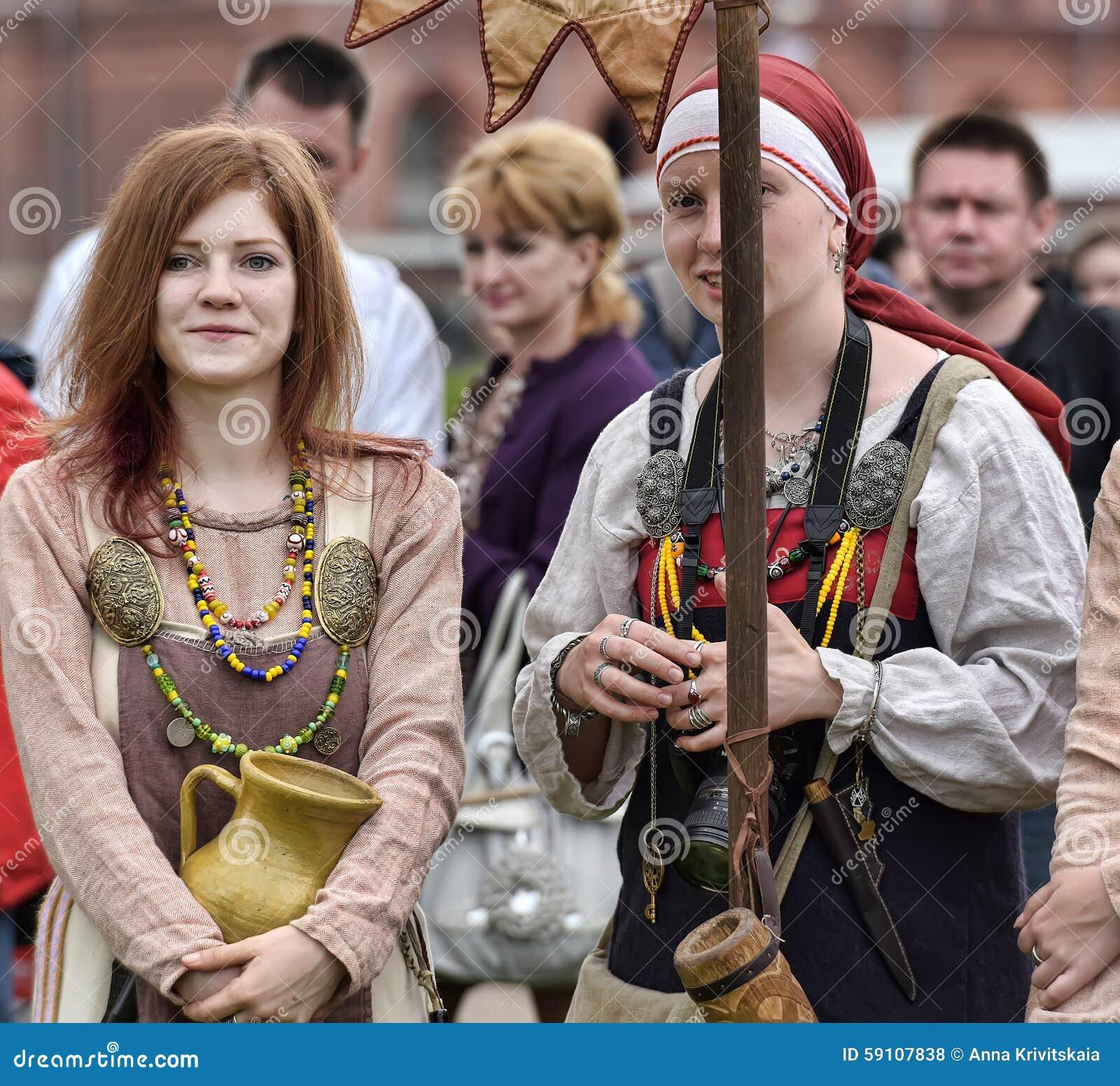 北欧海盗历史衣裳的妇女