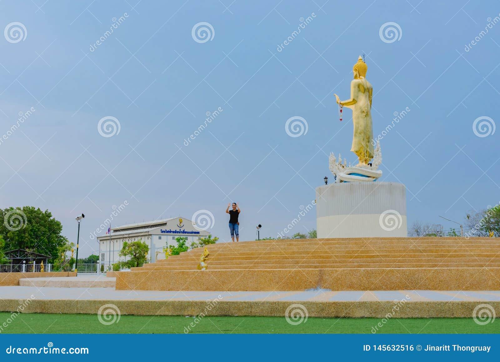 北碧泰国- 4月5日:位于4月5,2019的Mae Klong水坝的金黄菩萨雕象