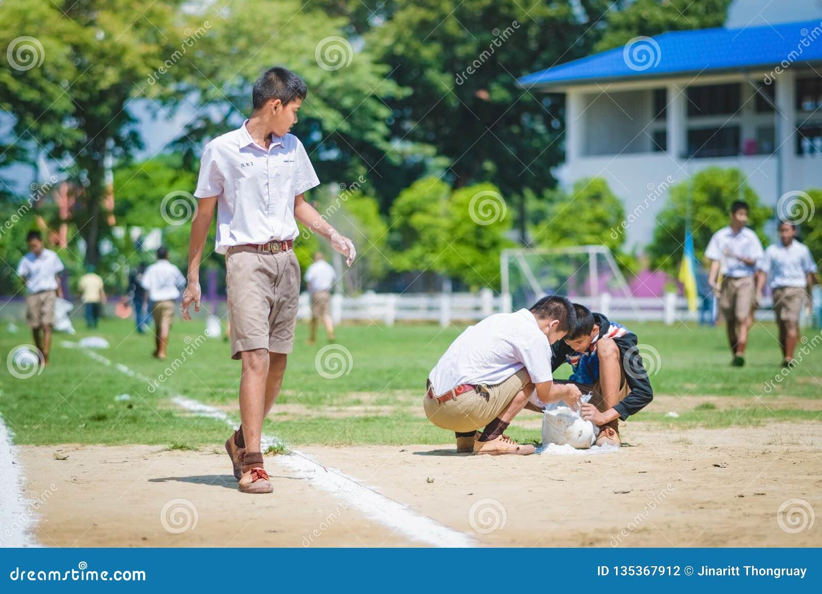 北碧泰国- 10月8日:未认出的学生帮助