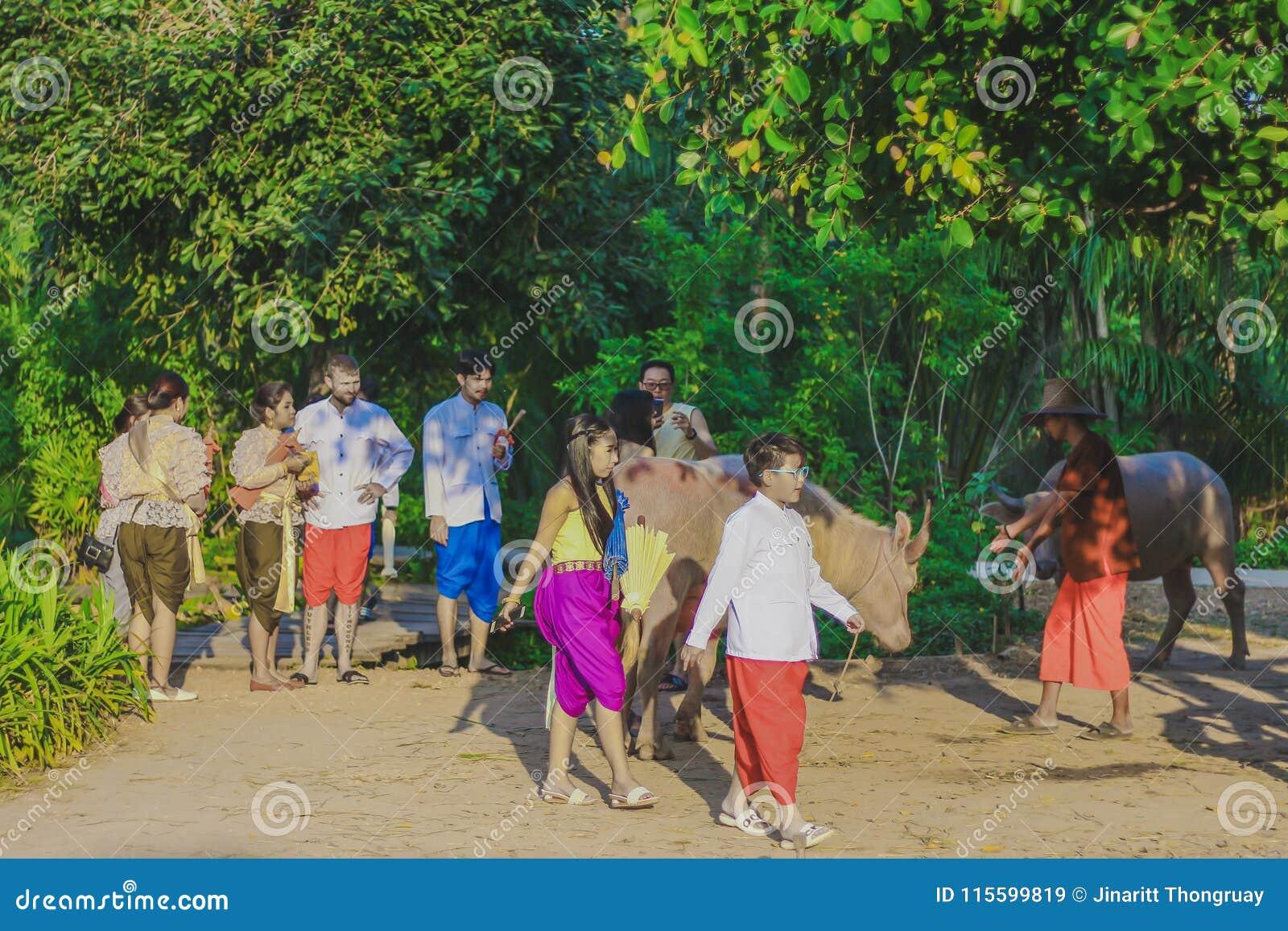 北碧, THAILAND-DECEMBER 10 :未认出的游人在Tha