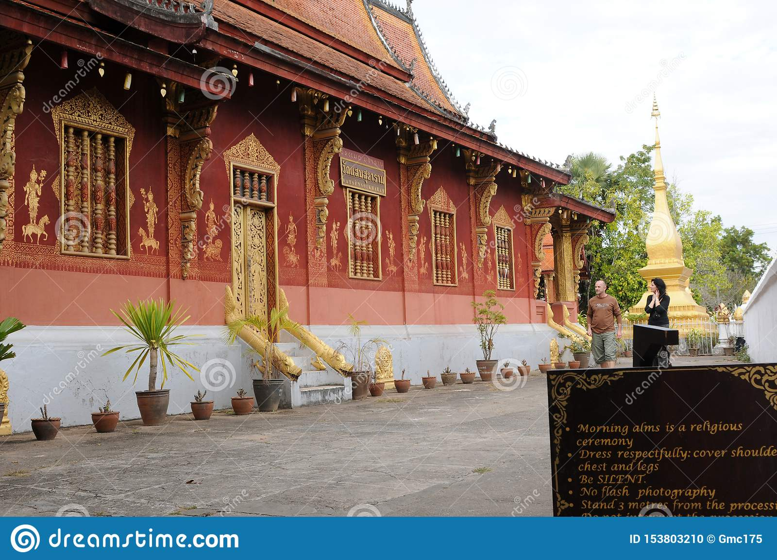 北部老挝:旅游参观Vatmay Souvannapoumaram寺庙在Luang Brabang市