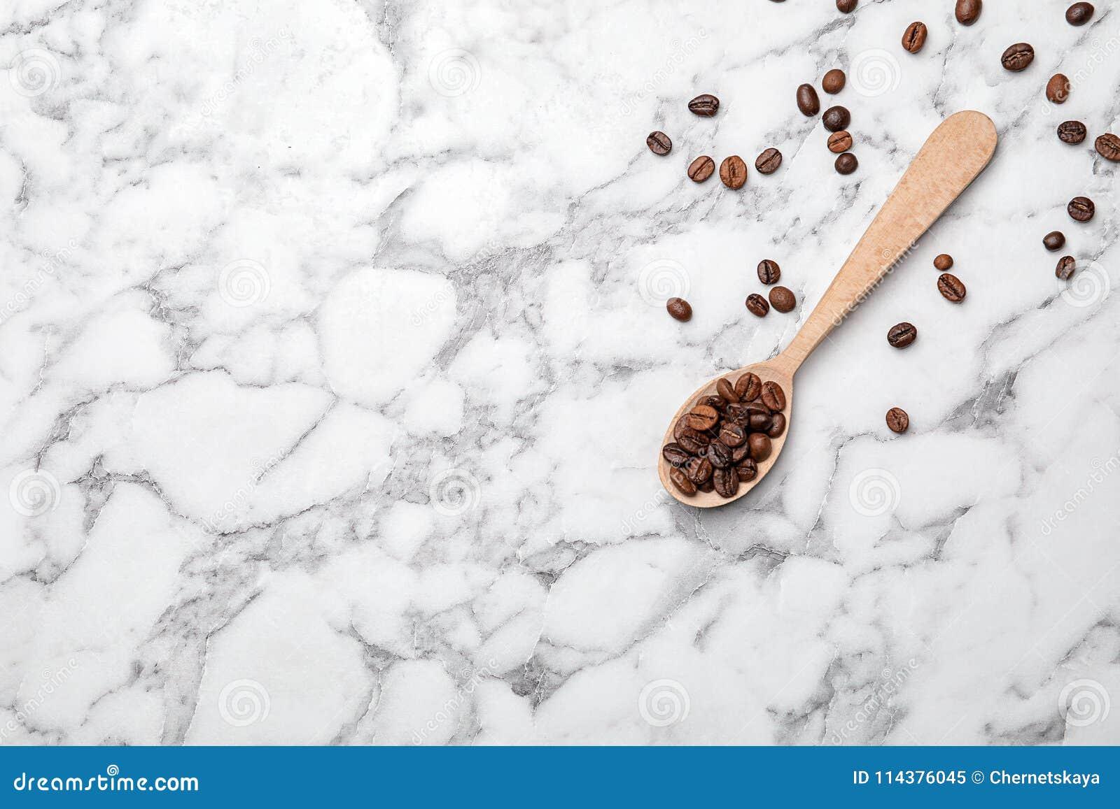 匙子用在大理石背景的咖啡豆
