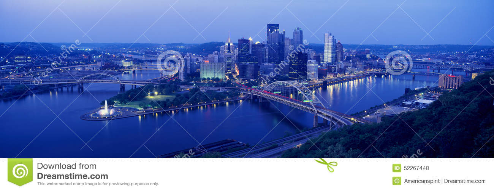 匹兹堡全景晚上与伦敦西区桥梁的视图, PA和Allegheny、Monongahela和俄亥俄河