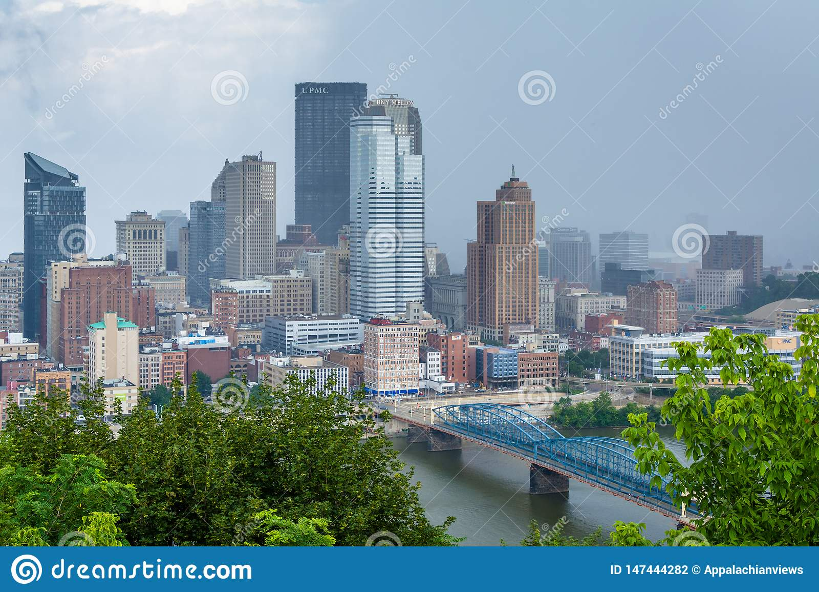 匹兹堡地平线和Monongahela河的风雨如磐的看法,从华盛顿山,在匹兹堡,宾夕法尼亚
