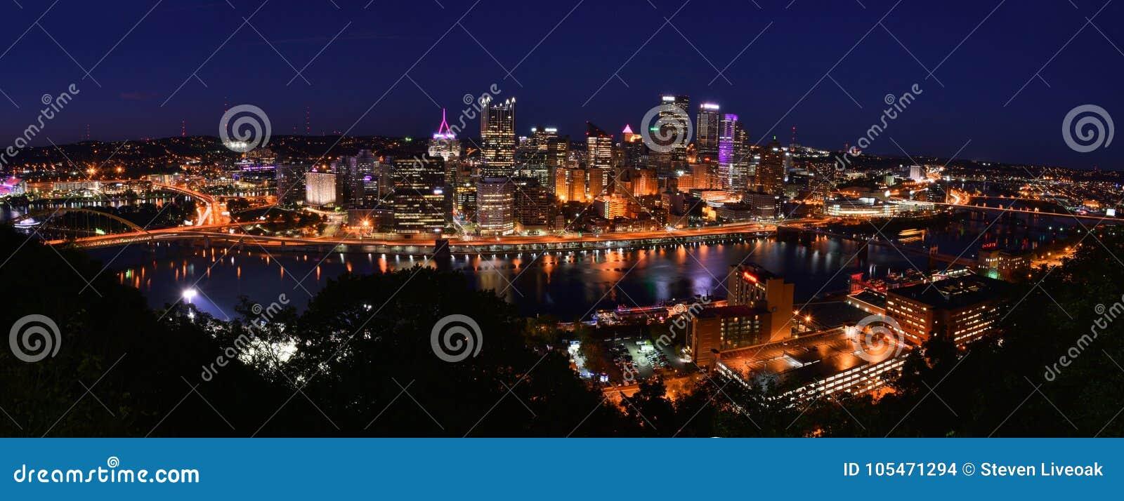 匹兹堡, PENNSYLVANIA-OCTOBER 19日2017年:匹兹堡,宾夕法尼亚NIGHTIME全景照片地平线