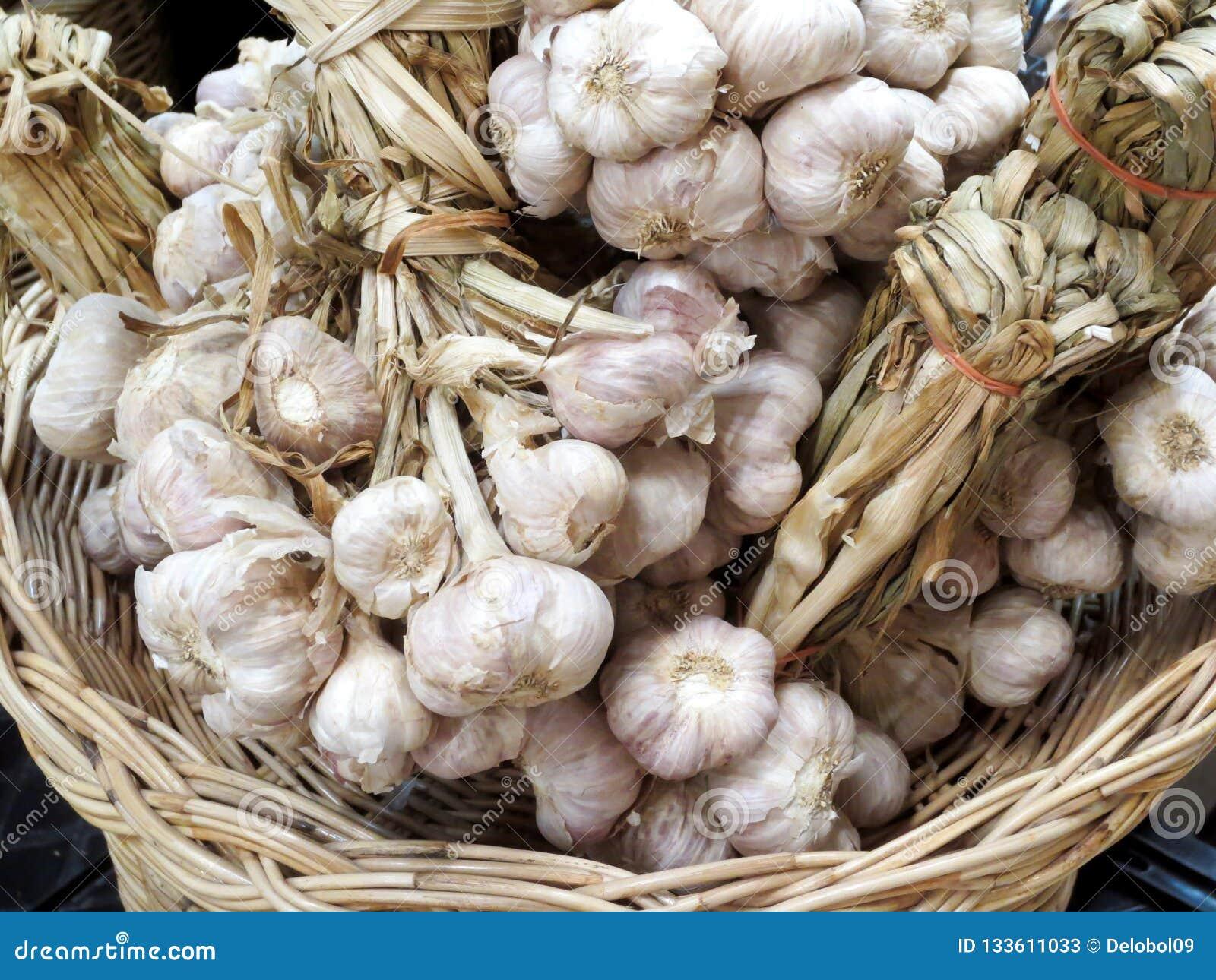 区域捆绑在一个篮子的大蒜在东部市场上