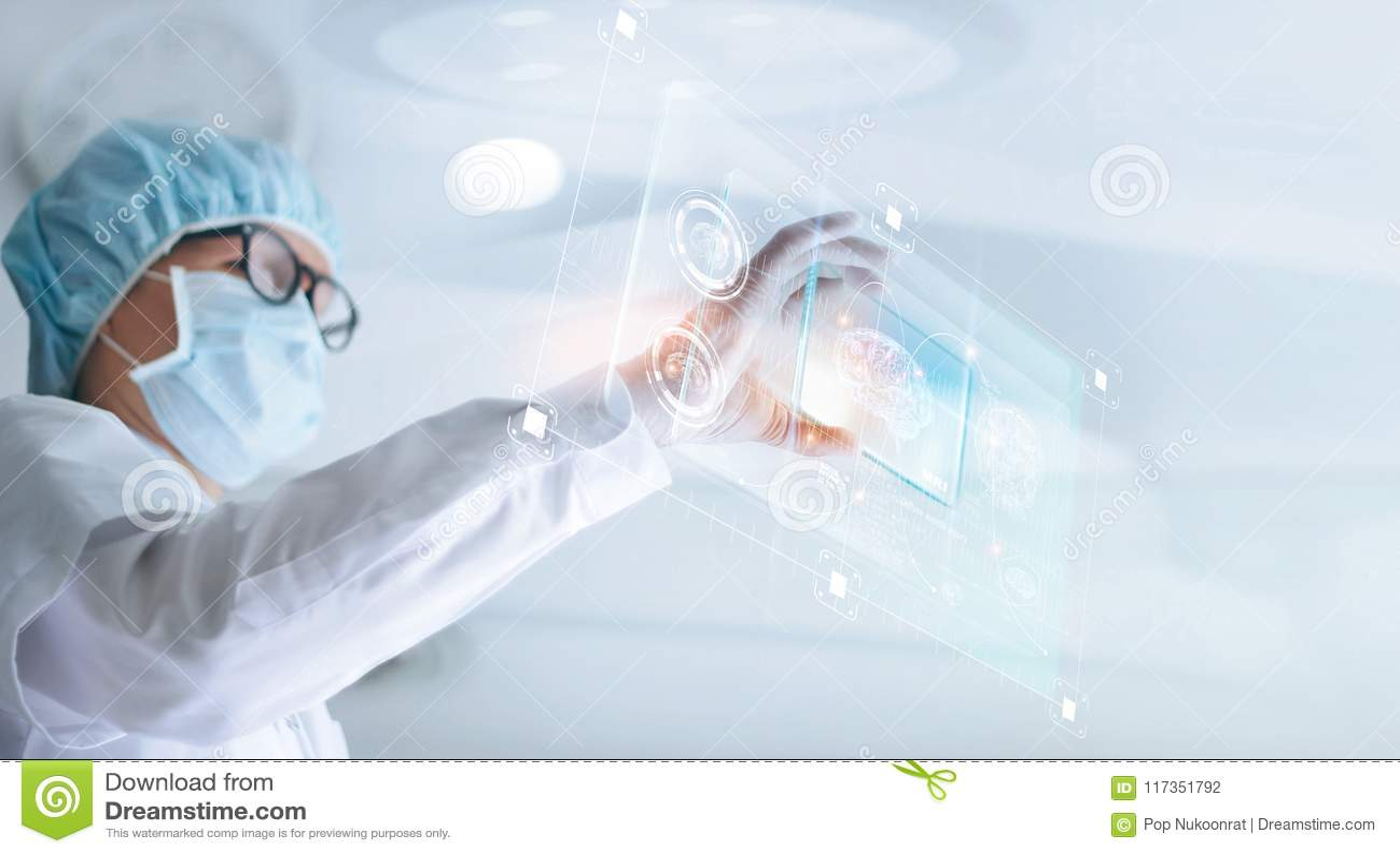医生分析和检查脑子测试结果与真正计算机