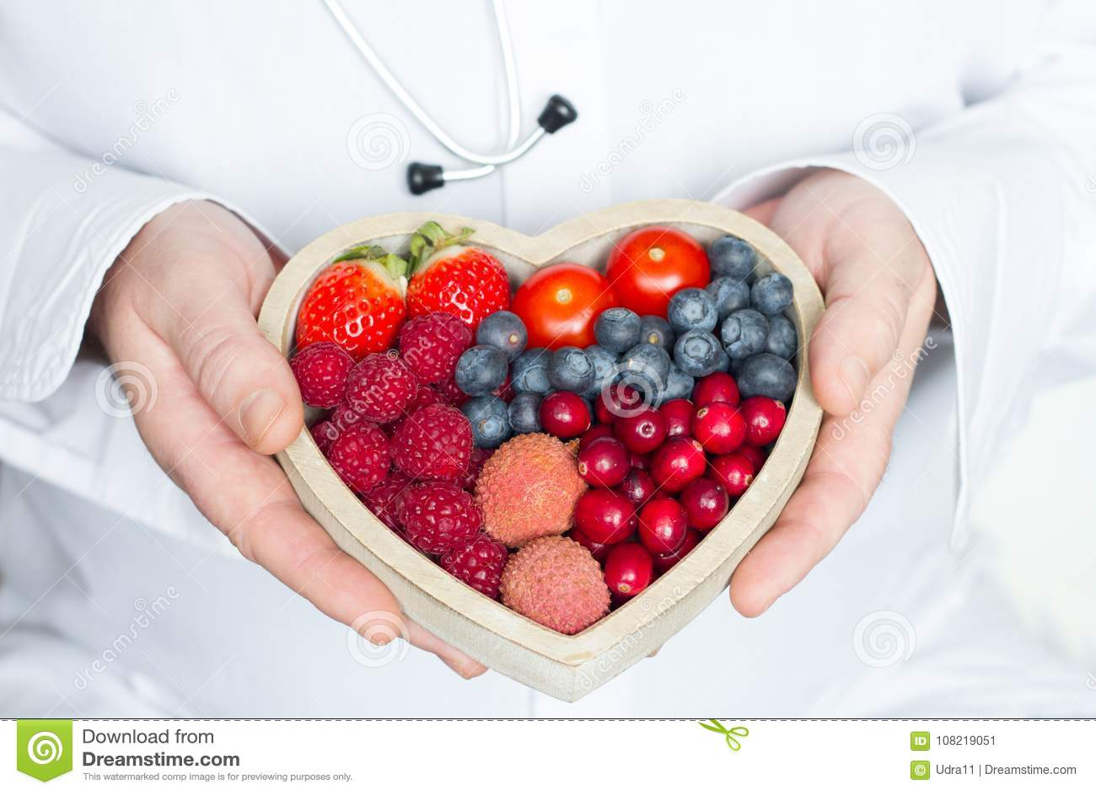 医生和听诊器用利于心脏健康的饮食食物提取医学概念