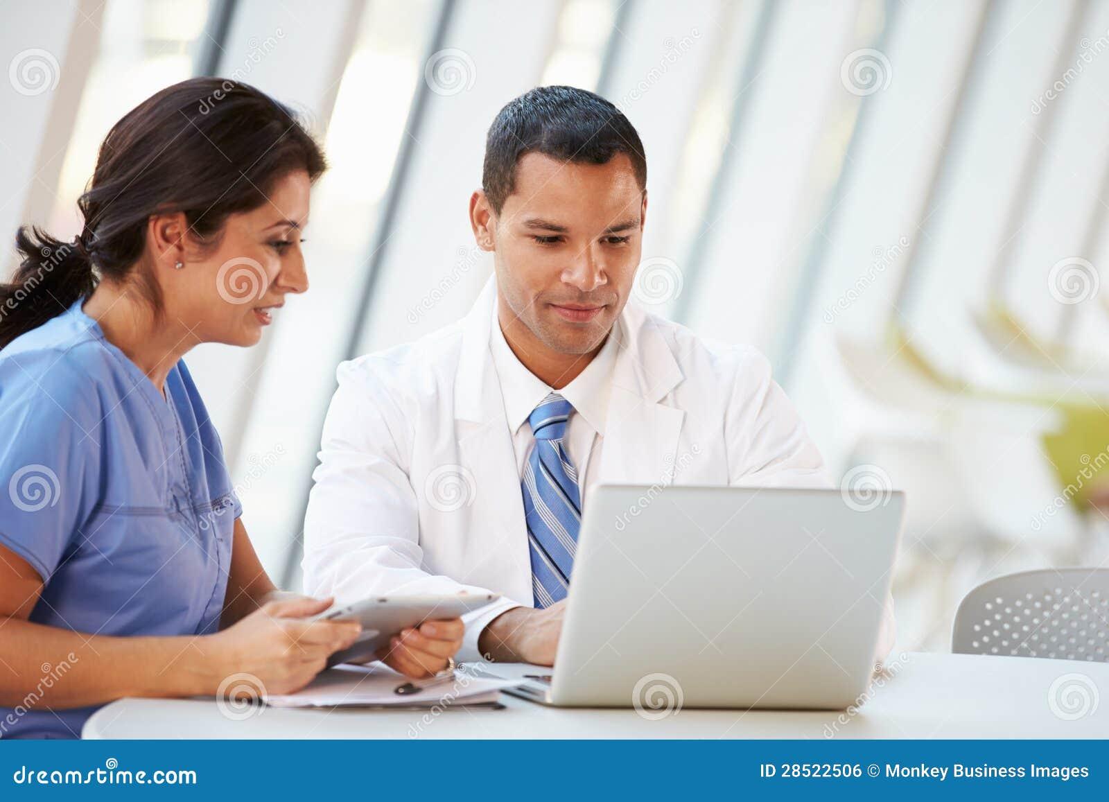 医生和护士开非正式会议在医院军用餐具