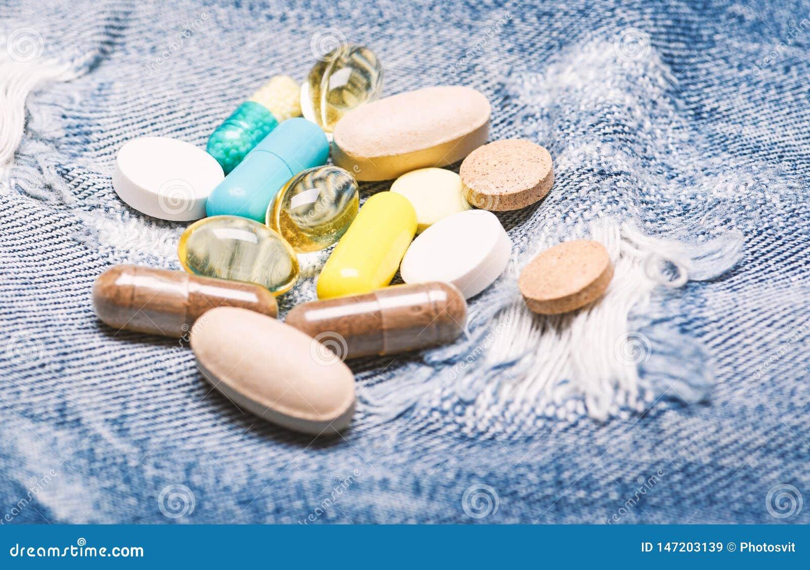 医疗保健和病症 药量和瘾 ?? 医学和治疗概念 在牛仔布背景的药物